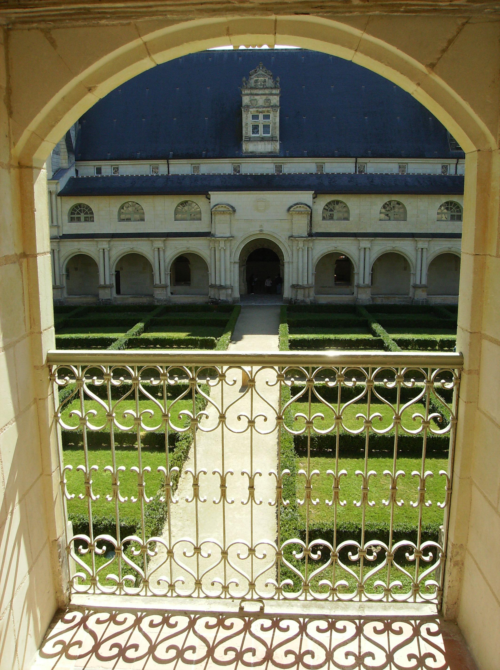 File fontevraud vue d 39 un jardin interieur jpg wikimedia for Jardin d interieur
