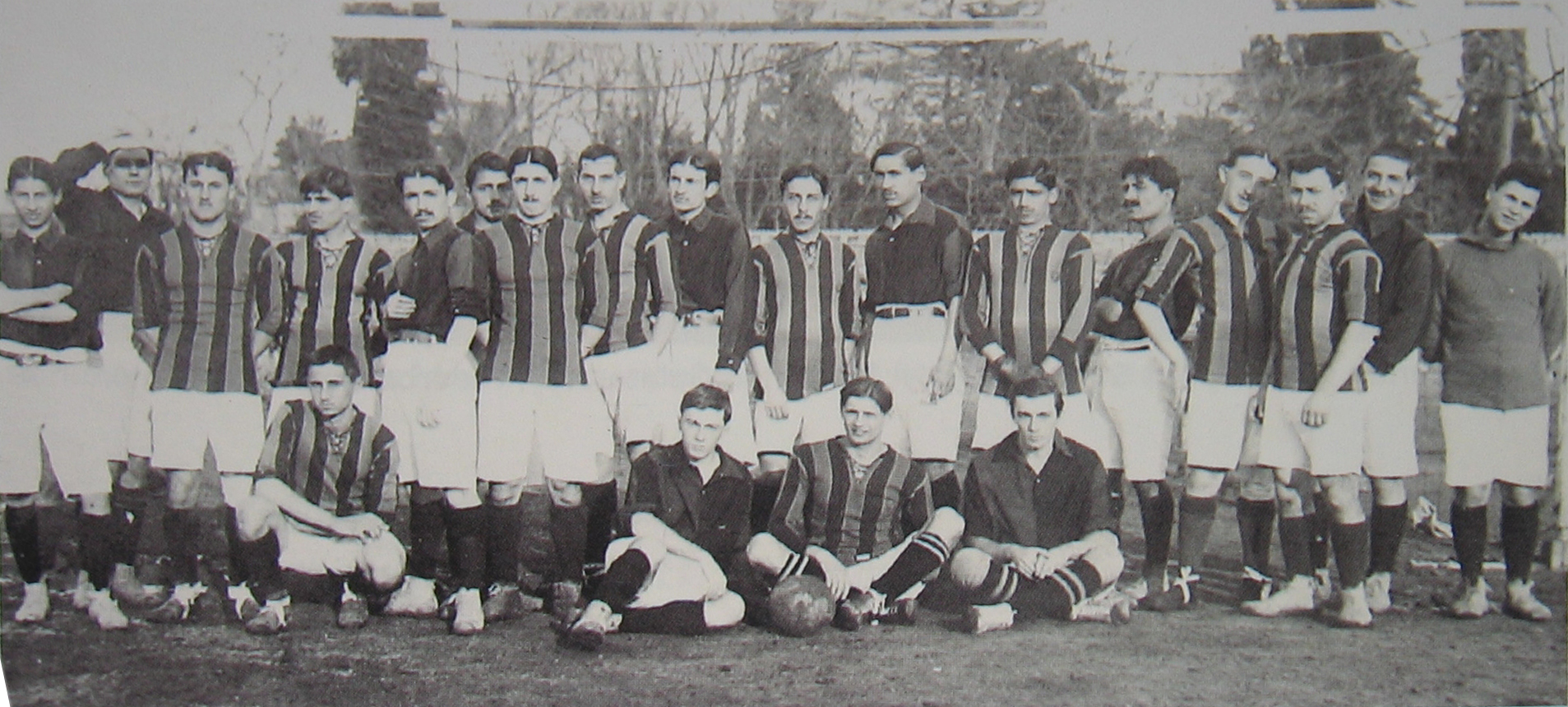 https://upload.wikimedia.org/wikipedia/commons/c/c2/Galatasaray-Fenerbah%C3%A7e_1913-14.jpg