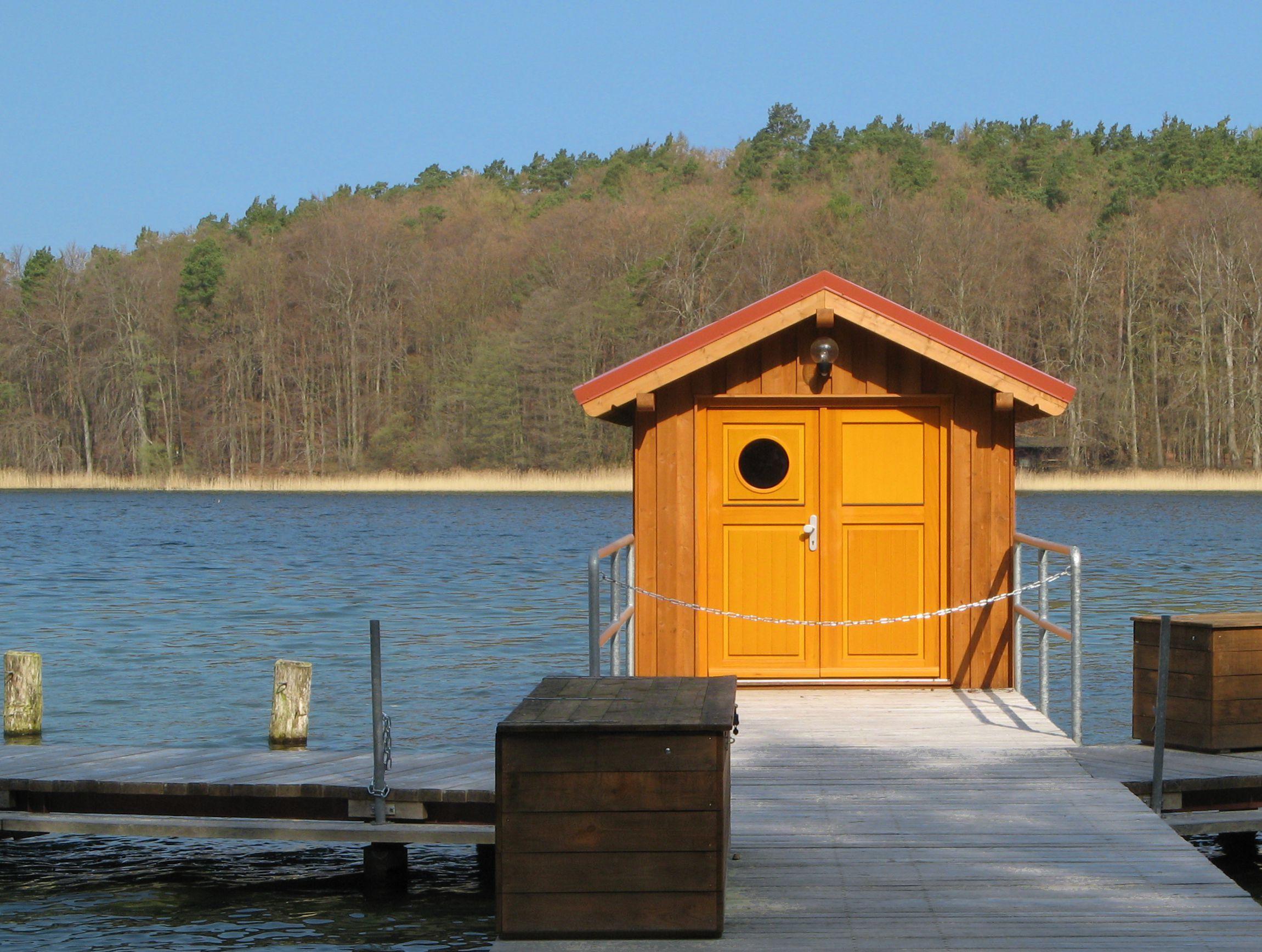 Hütte am See - Quelle: WikiCommons, Details am Ende des Artikels