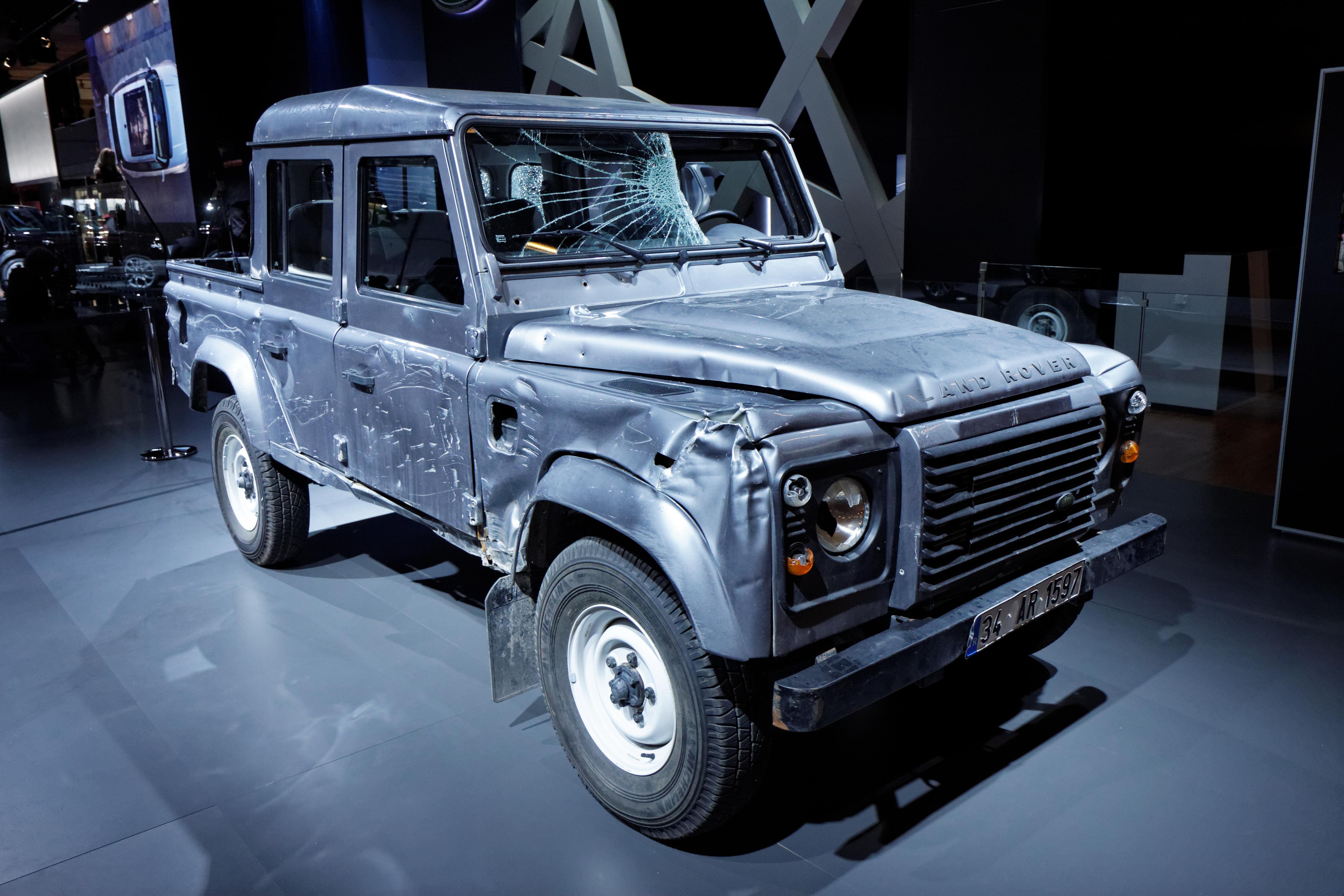 file:land rover defender double cab pick-up - skyfall - mondial de l