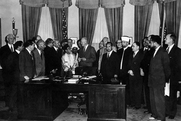 File:President Dwight D. Eisenhower in the Oval Office with Muslim  delegates in 1953.jpg - Wikimedia Commons