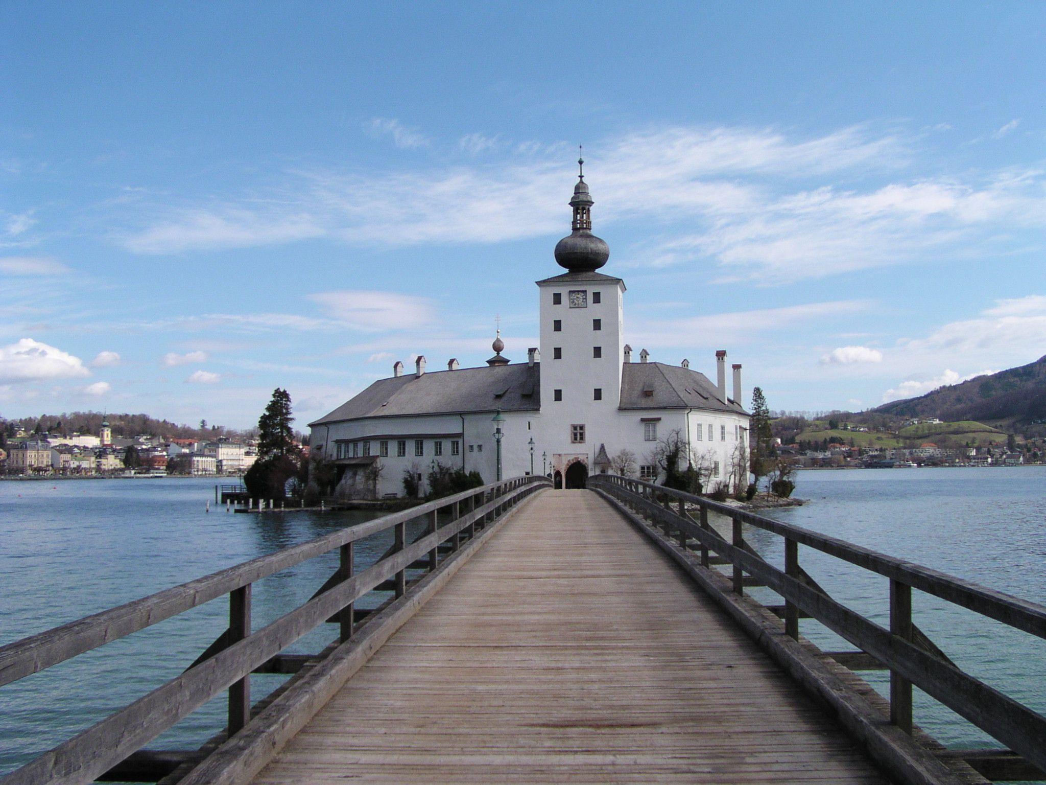 Das Schloss Ort heißt im Film Schloss Seeburg.