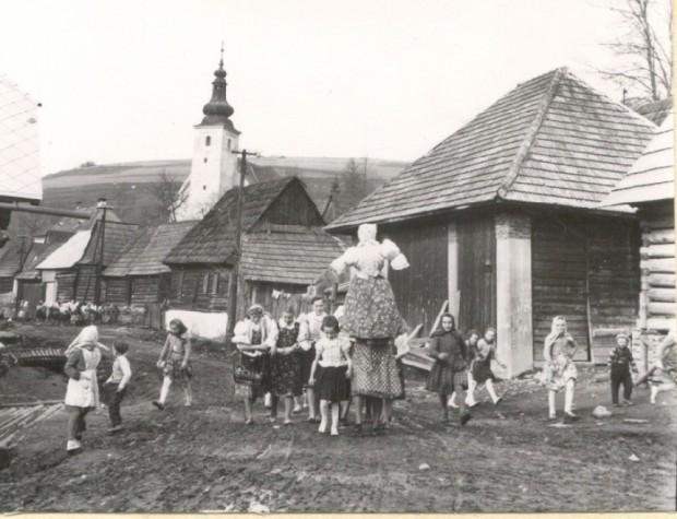 File:Vynášanie Marmurieny vyše kostola.jpg