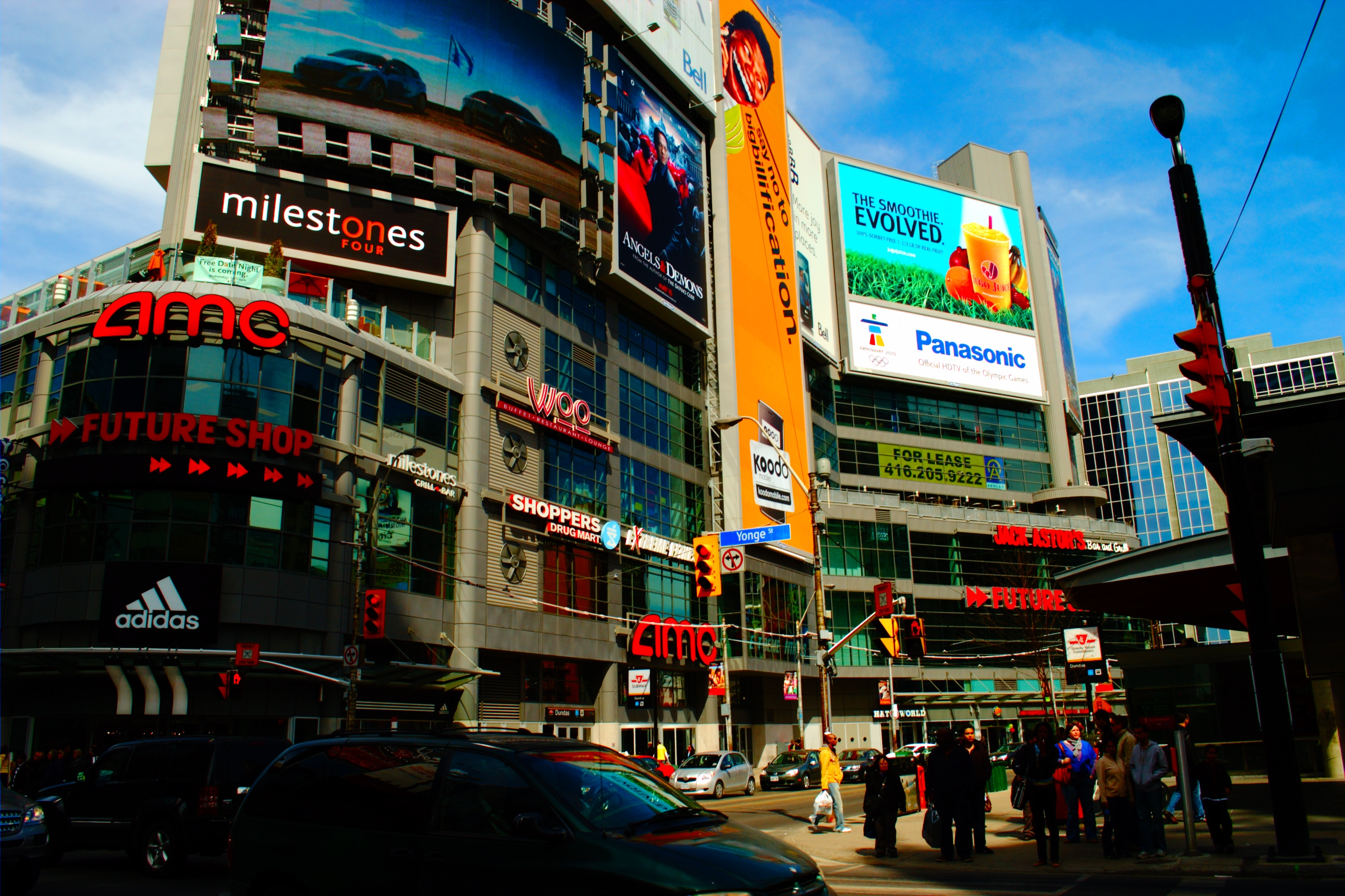 File:Yonge Dundas Square.jpg - Wikimedia Commons