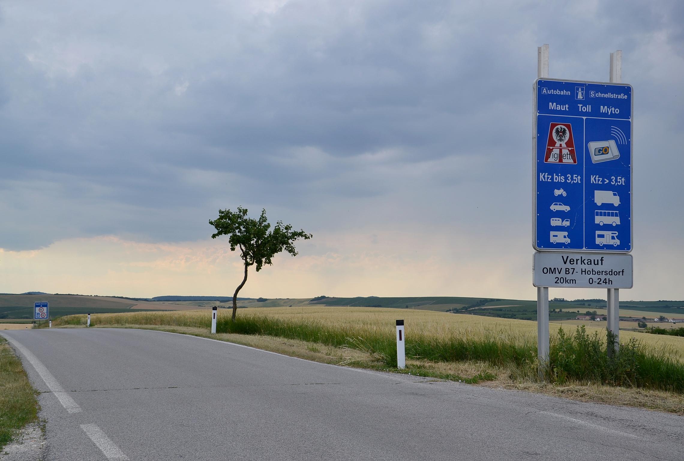 https://upload.wikimedia.org/wikipedia/commons/c/c3/Border_Austria-Czech_Republic_%28Schrattenberg_-_Valtice%29.JPG