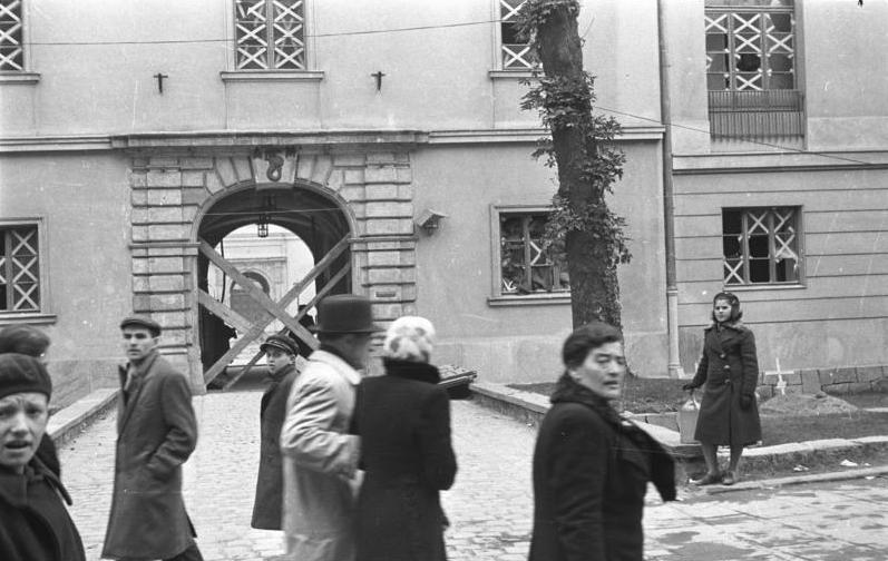 http://upload.wikimedia.org/wikipedia/commons/c/c3/Bundesarchiv_Bild_101I-001-0285-01A%2C_Warschau%2C_Stra%C3%9Fenszene.jpg
