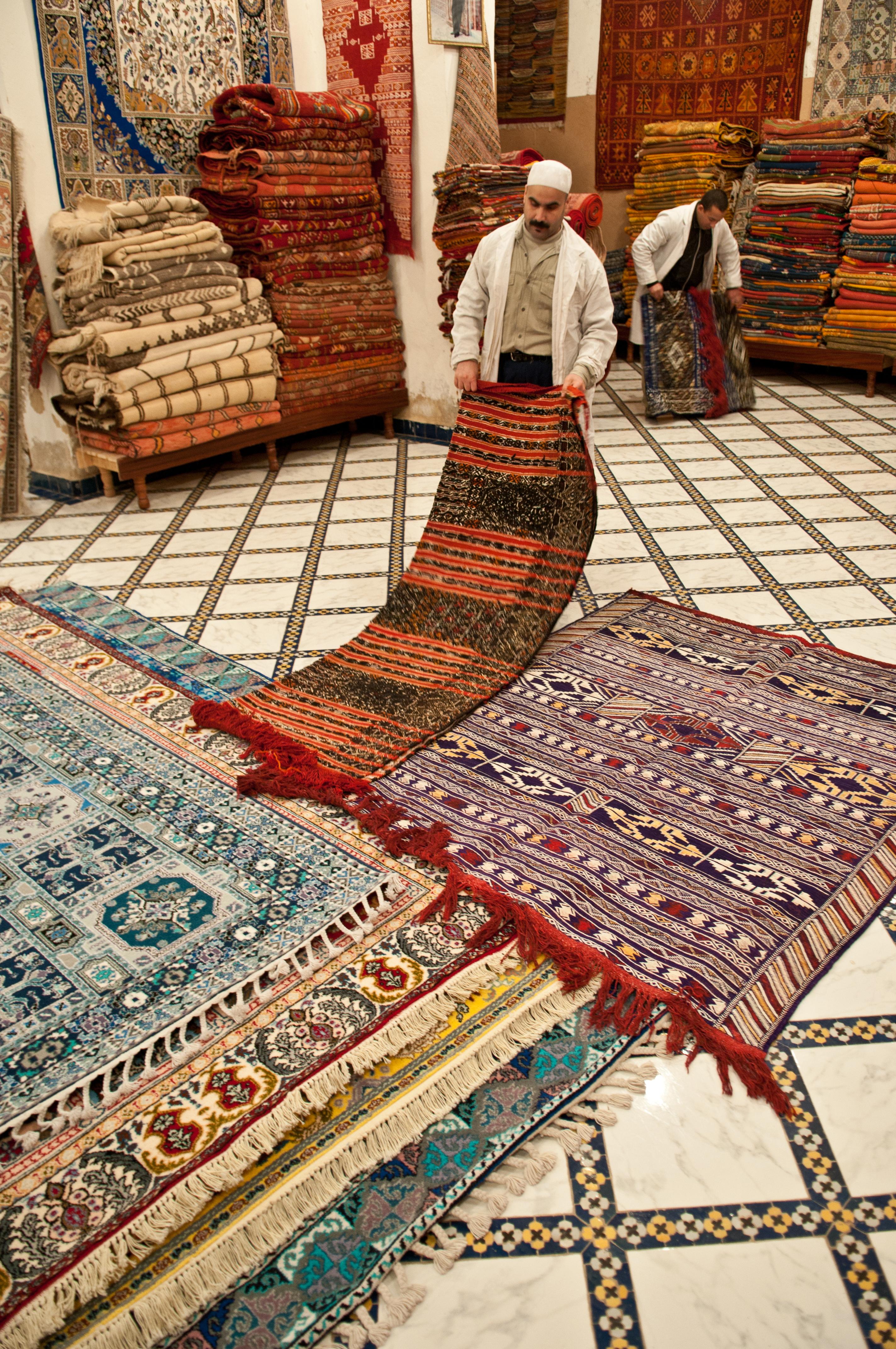 بائع زرابي من فاس (المغرب)