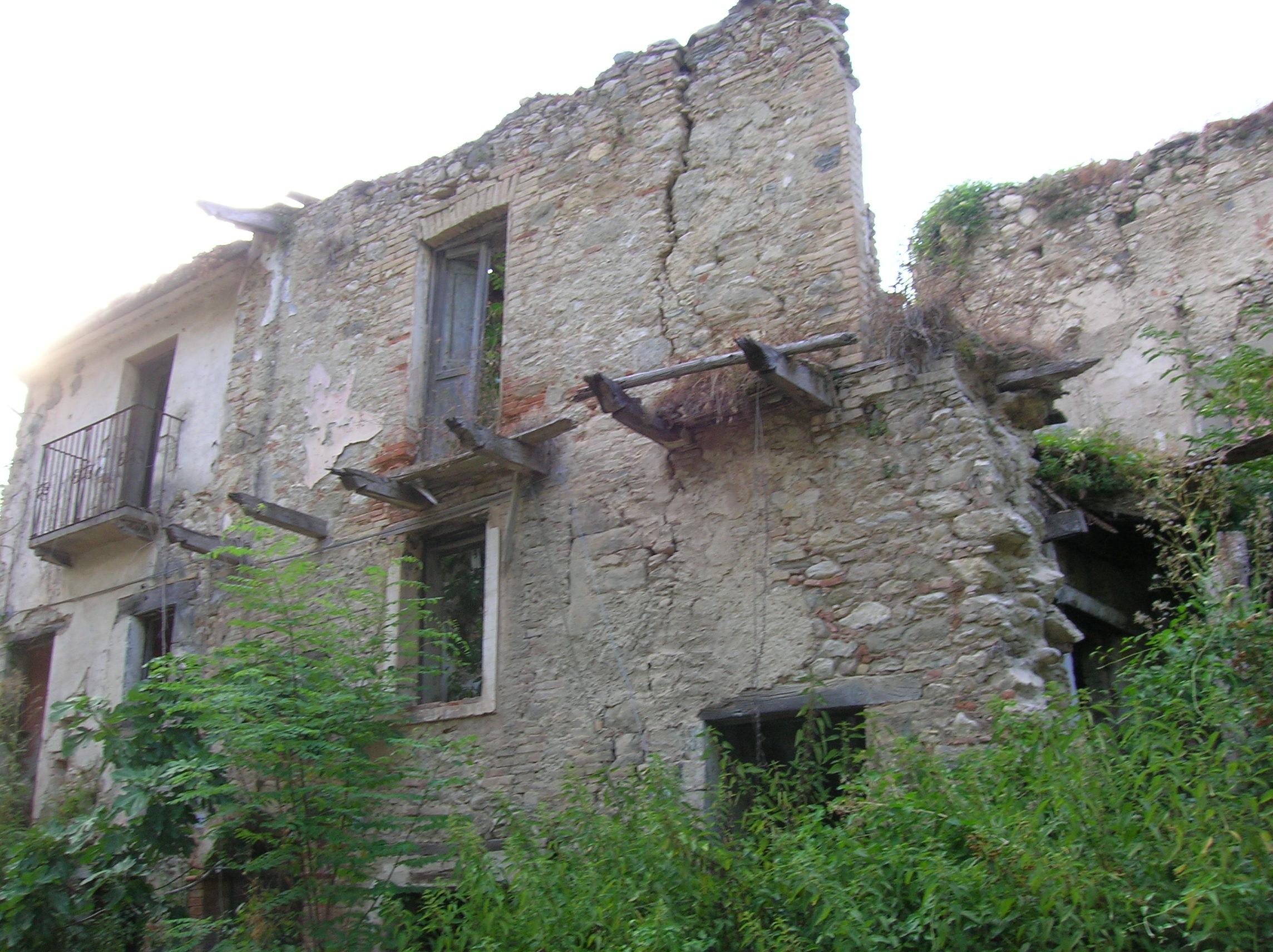 File case abbandonate 2008 paesino abruzzo 2 jpg for Seminterrato di case abbandonate