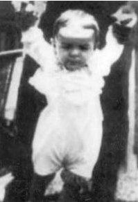 Ernesto Guevara empezando a caminar (1929).