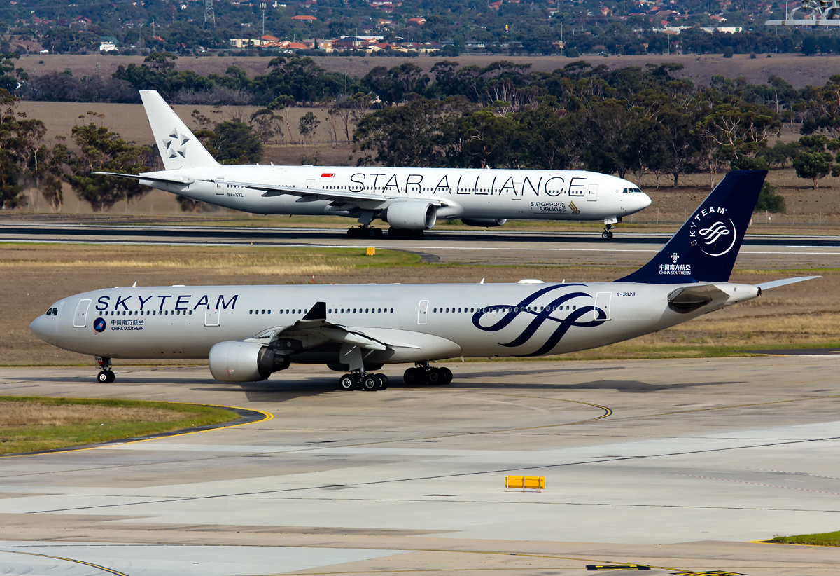 A330-323 SkyTeam and Singapore Airlines Boeing 777-312 Star Alliance logojets at Melbourne Airport.jpg English: China Southern Airbus A330-323 SkyTeam and
