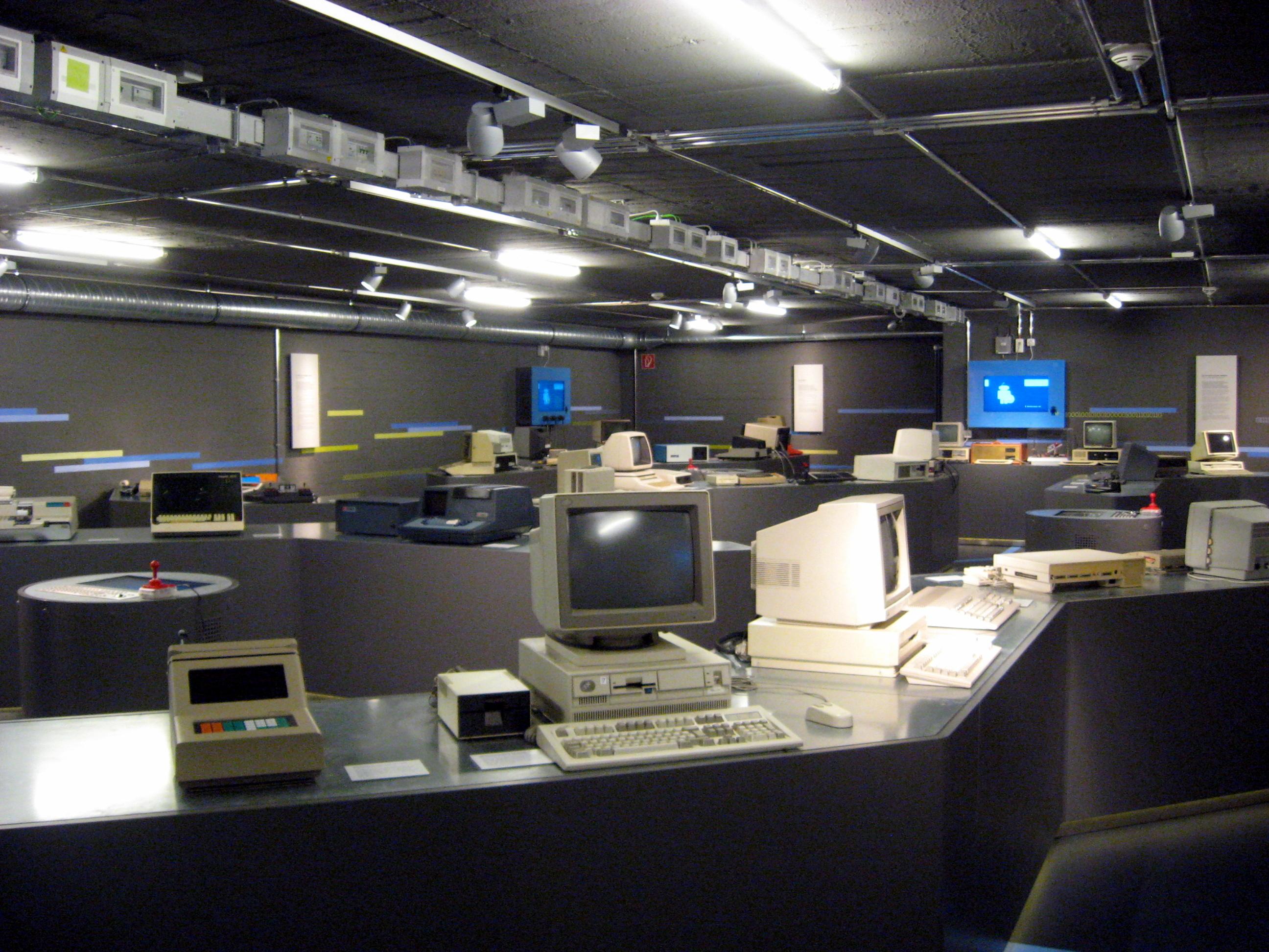 file computermuseum in kiel 2013 ubt jpg wikimedia commons. Black Bedroom Furniture Sets. Home Design Ideas
