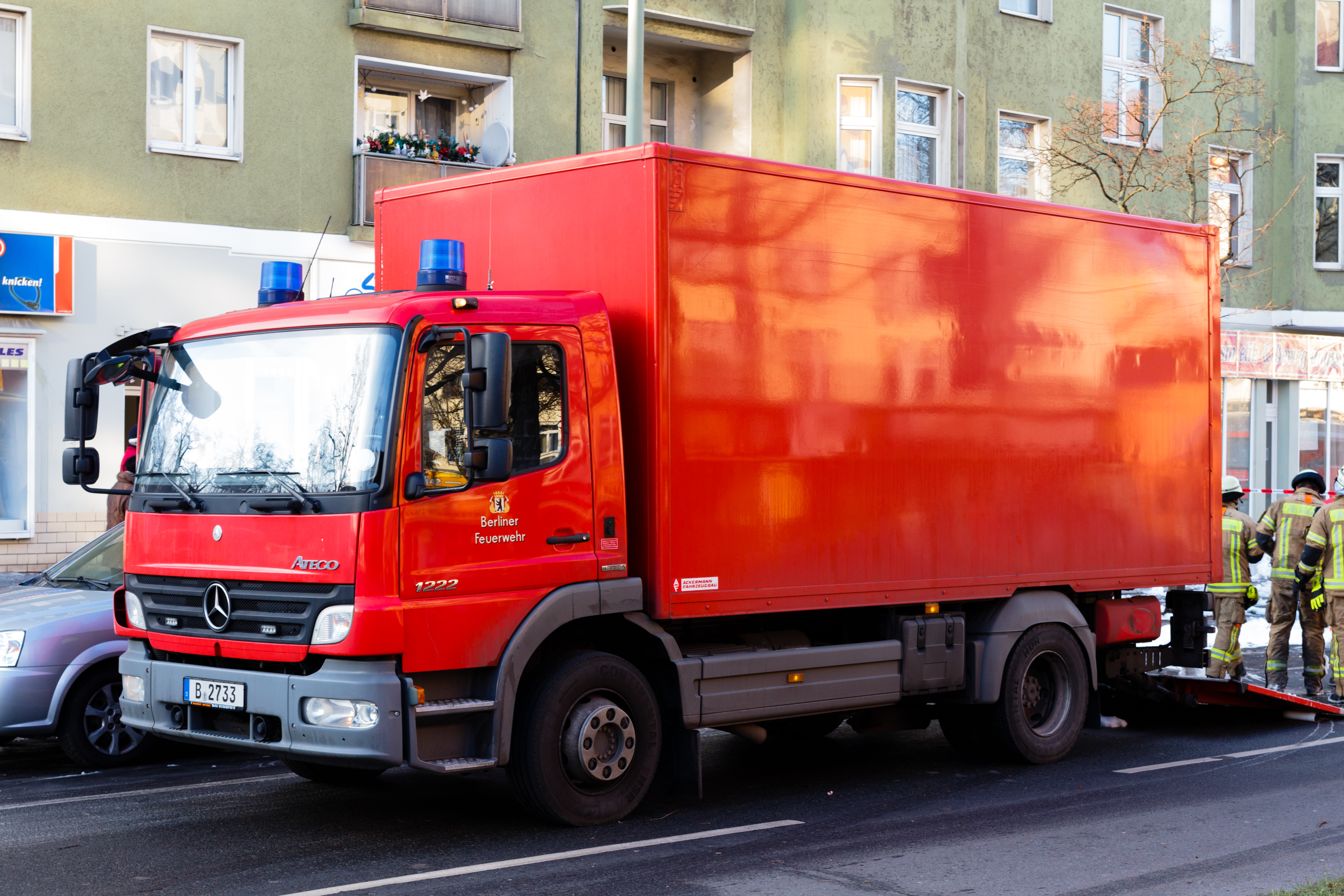 File:Dachstuhlbrand, Feuerwehr-LKW 20150101 4.jpg ...