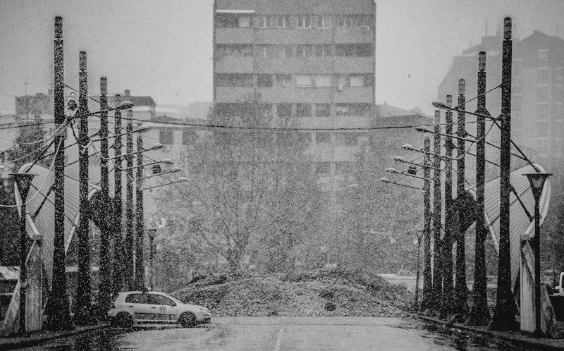 Description First snow on the main bridge in Mitrovica.jpg