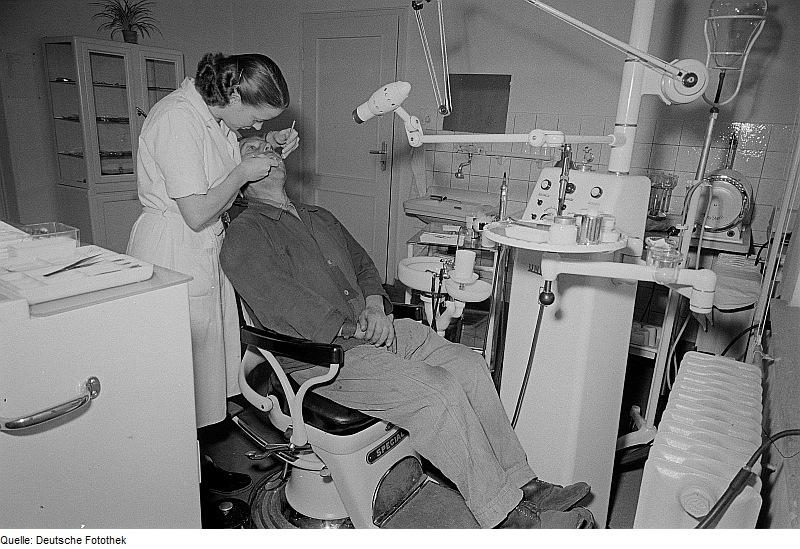 Fotothek: Portrait eines Mannes während einer zahnärztlichen Behandlung - Quelle: Wikimedia