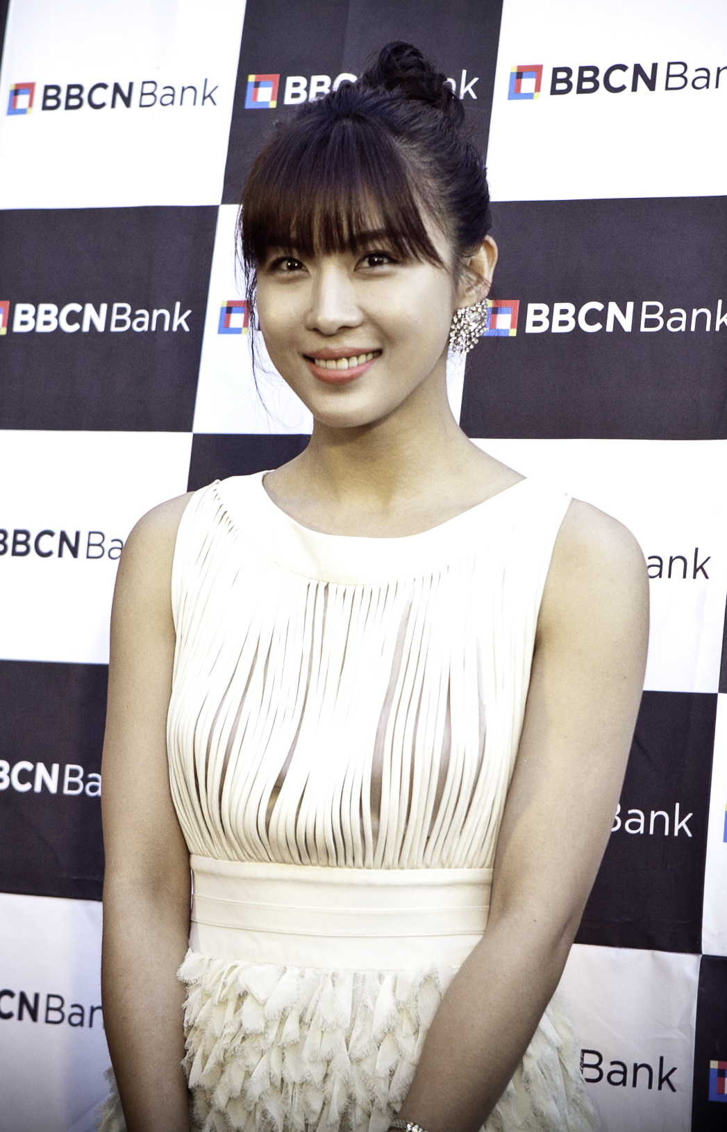 The 40-year old daughter of father Ta Hwan and mother Seung Nyang Ha Ji Won in 2018 photo. Ha Ji Won earned a  million dollar salary - leaving the net worth at 1 million in 2018