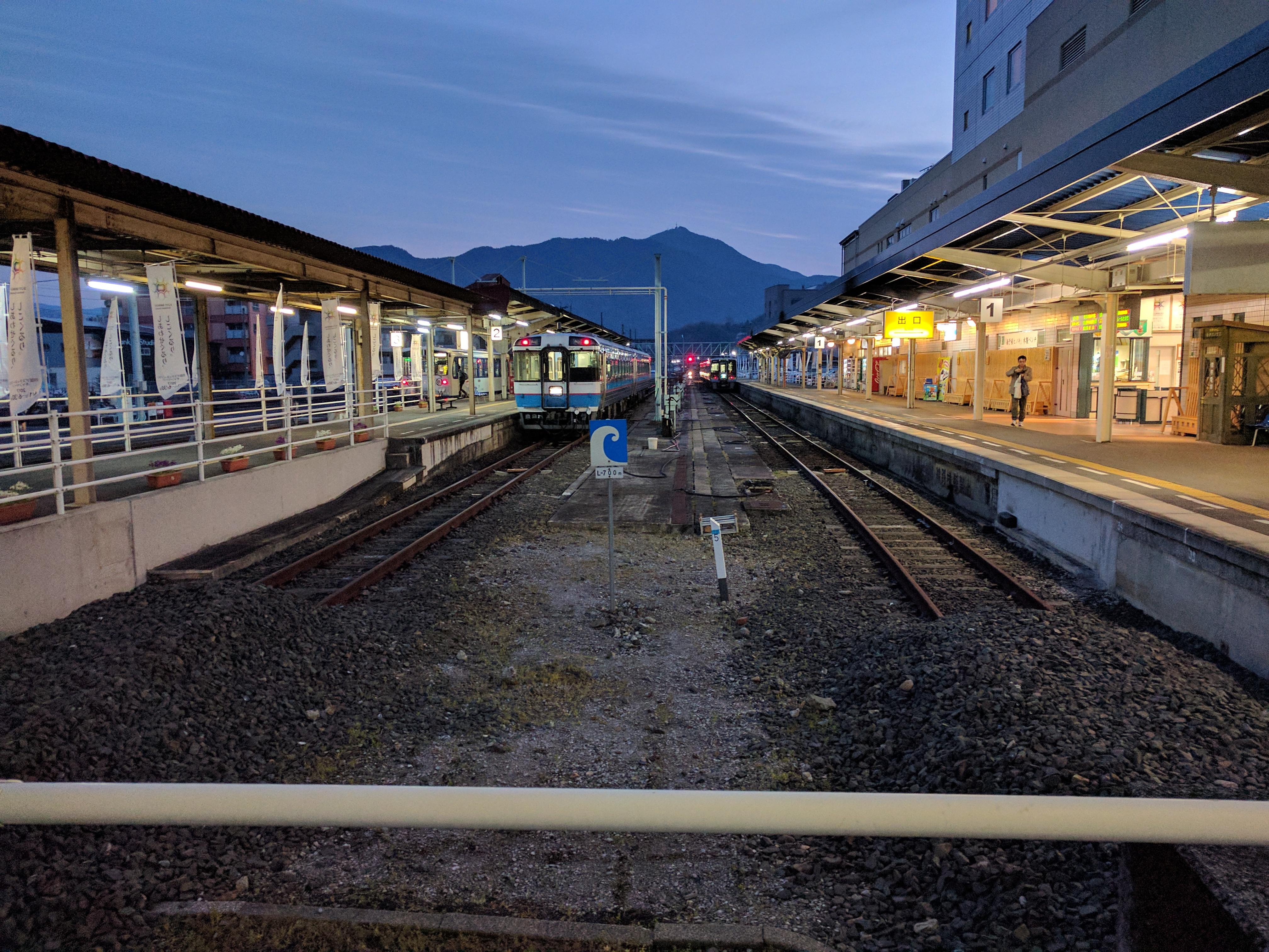 https://upload.wikimedia.org/wikipedia/commons/c/c3/JRS_Uwajima_Station_2017-03-19.jpg