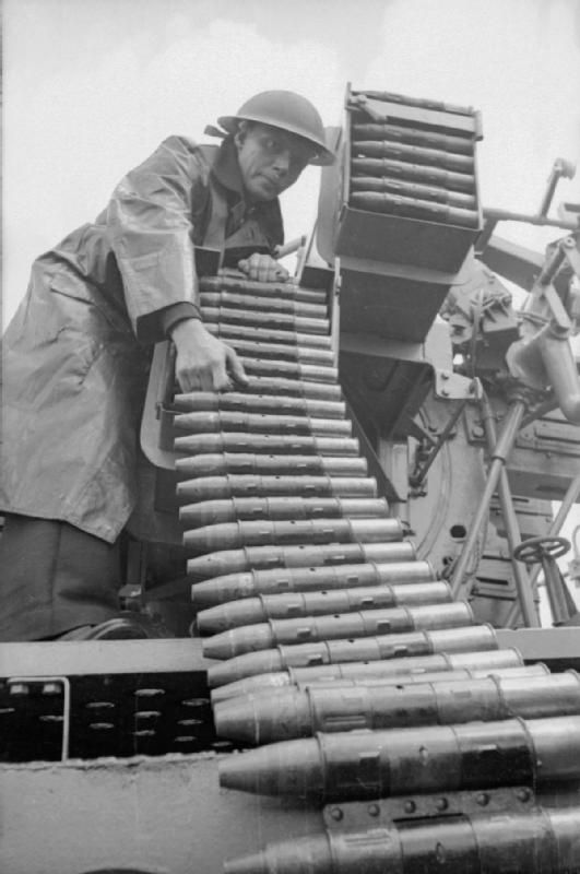 https://upload.wikimedia.org/wikipedia/commons/c/c3/Loading_QF_2_pounder_ammunition_belt_1940_IWM_D_860.jpg