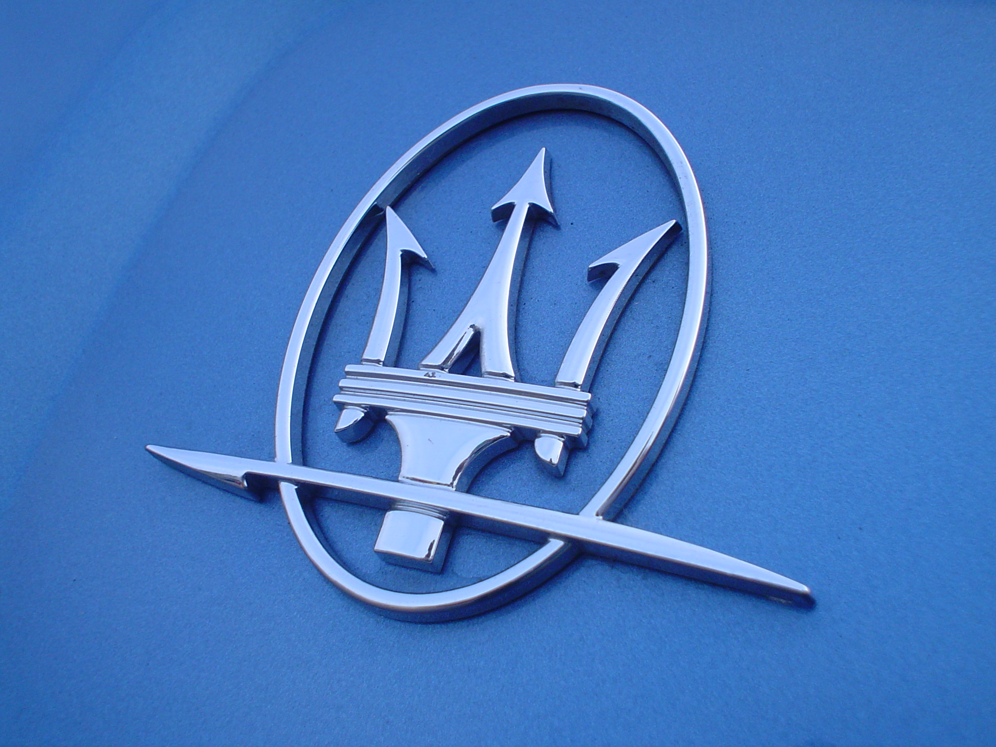 File:Maserati emblem DSC00283 (2171595186).jpg