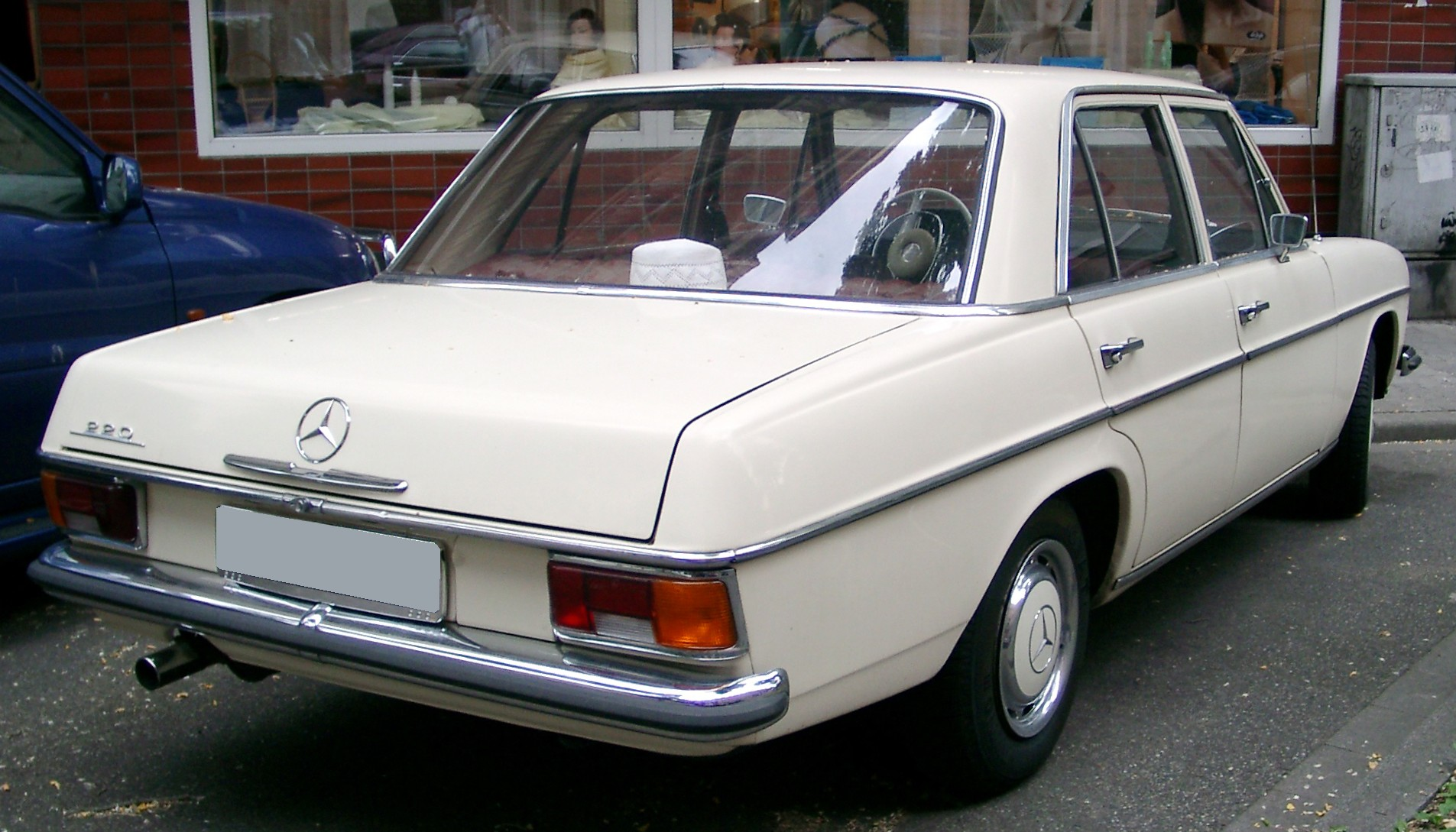 File mercedes benz w115 rear wikimedia commons for Mercedes benz original