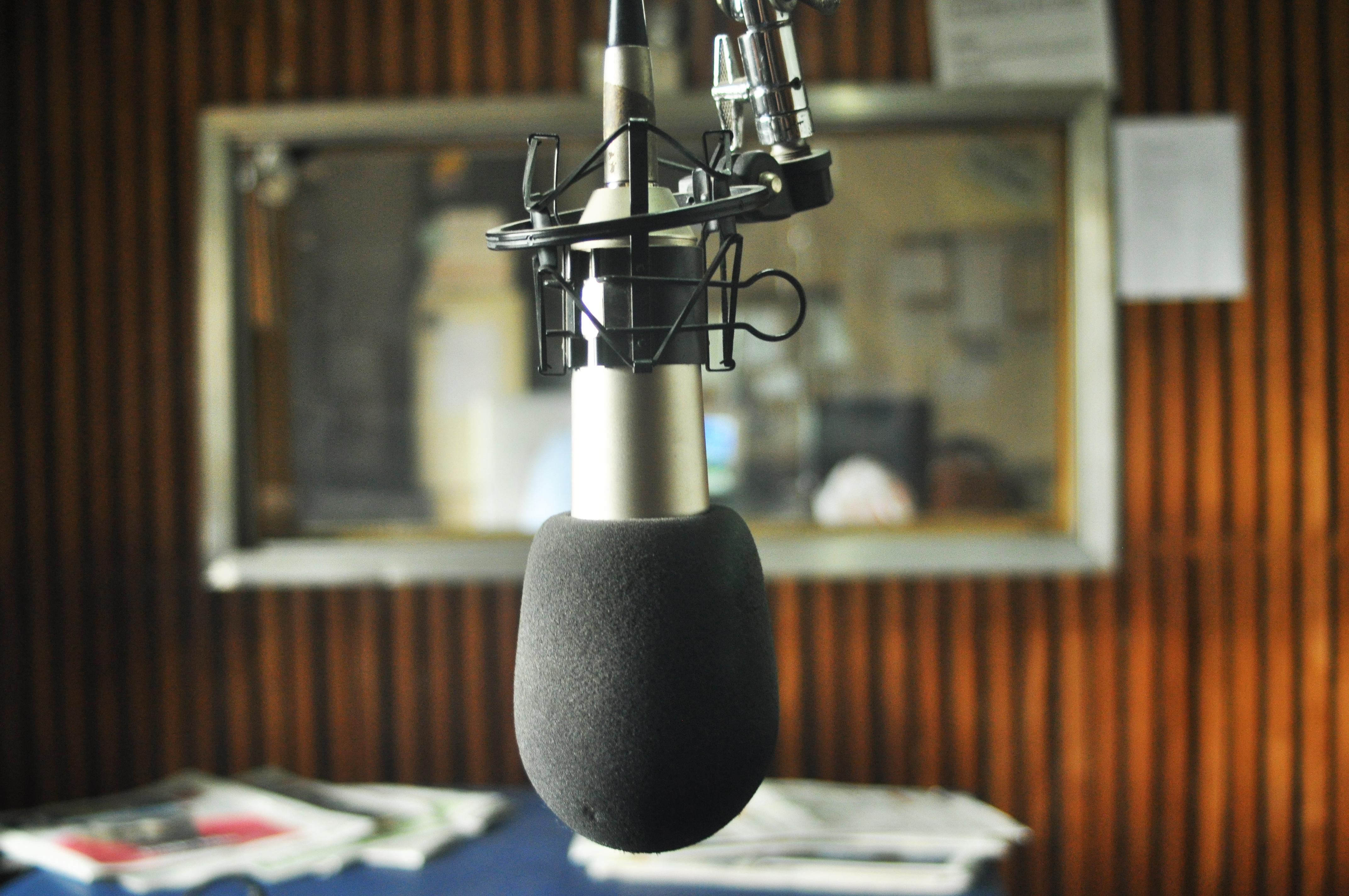 File:Micrófono en la Radio Universidad Nacional de La