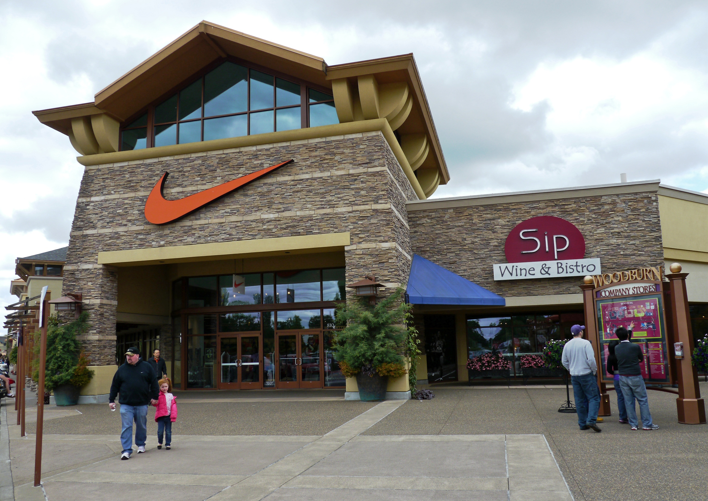 9ac625e4d File Nike Factory Store at outlet mall in Woodburn OR.jpg ...