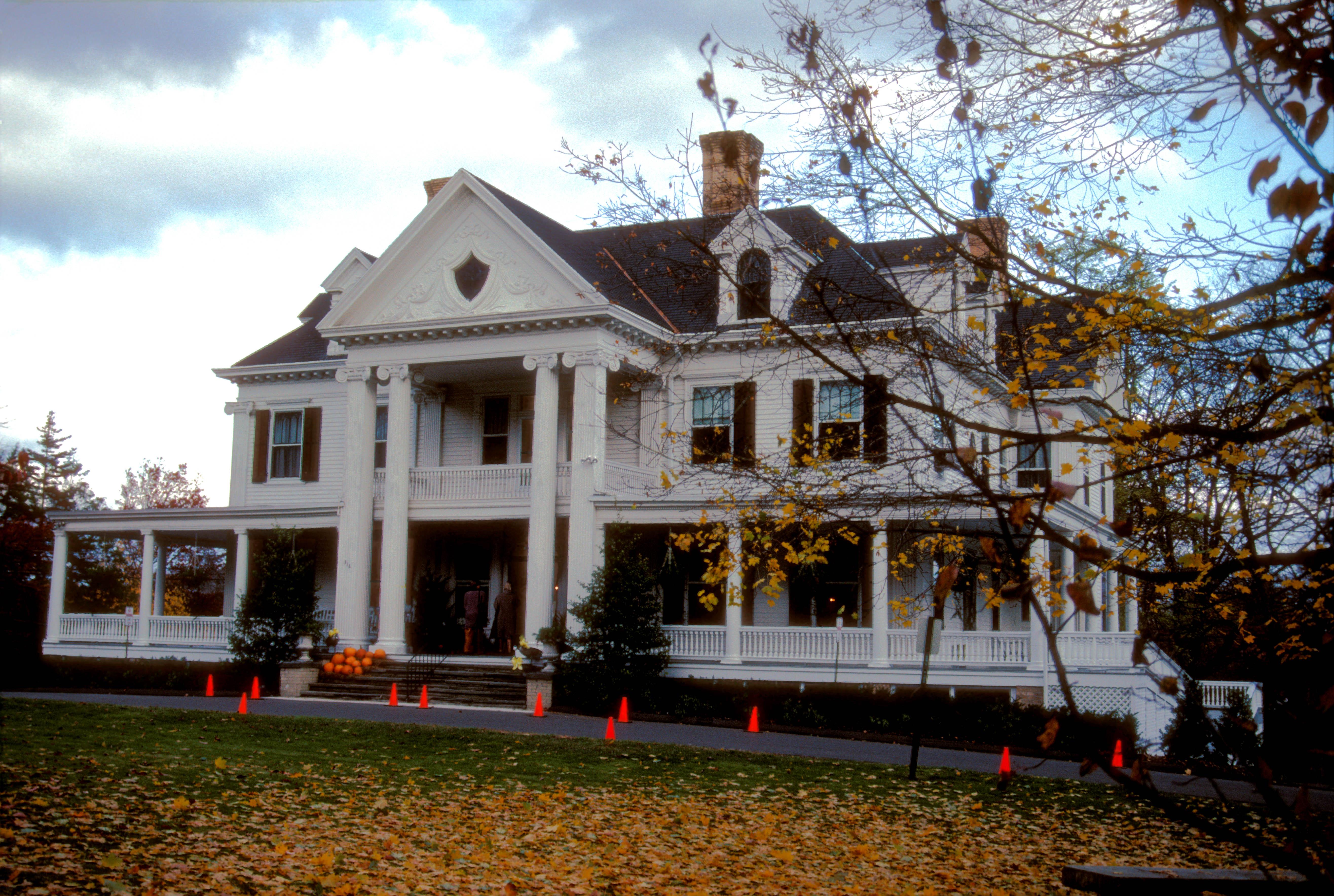 Phineas chapman lounsbury house for Chapman house