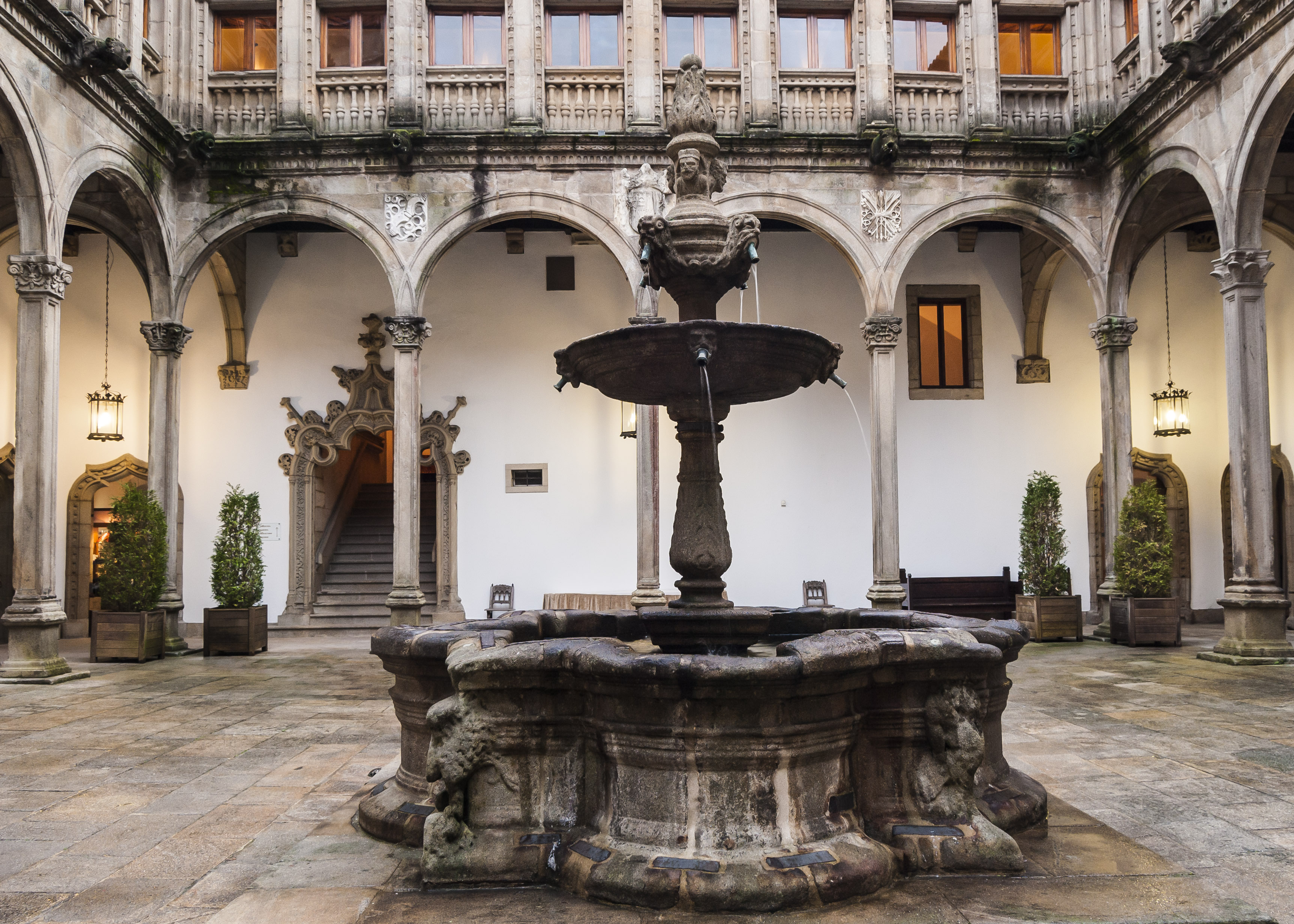 File:Parador de Santiago - Patio de San Marcos.jpg