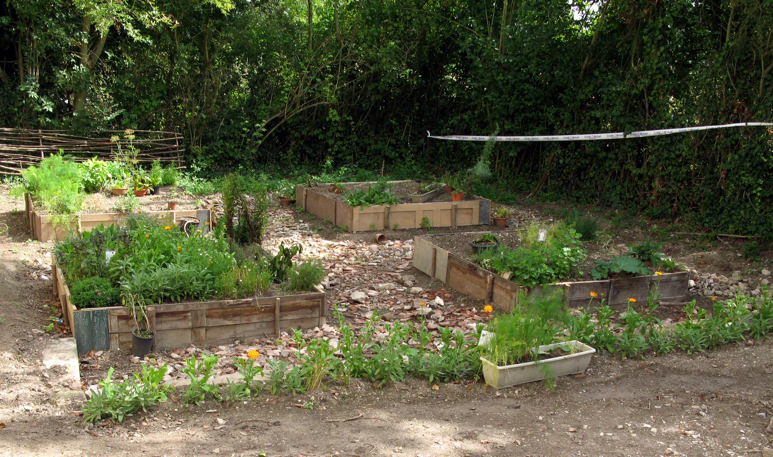 File picquigny jardin m di val wikimedia commons for Jardin medieval