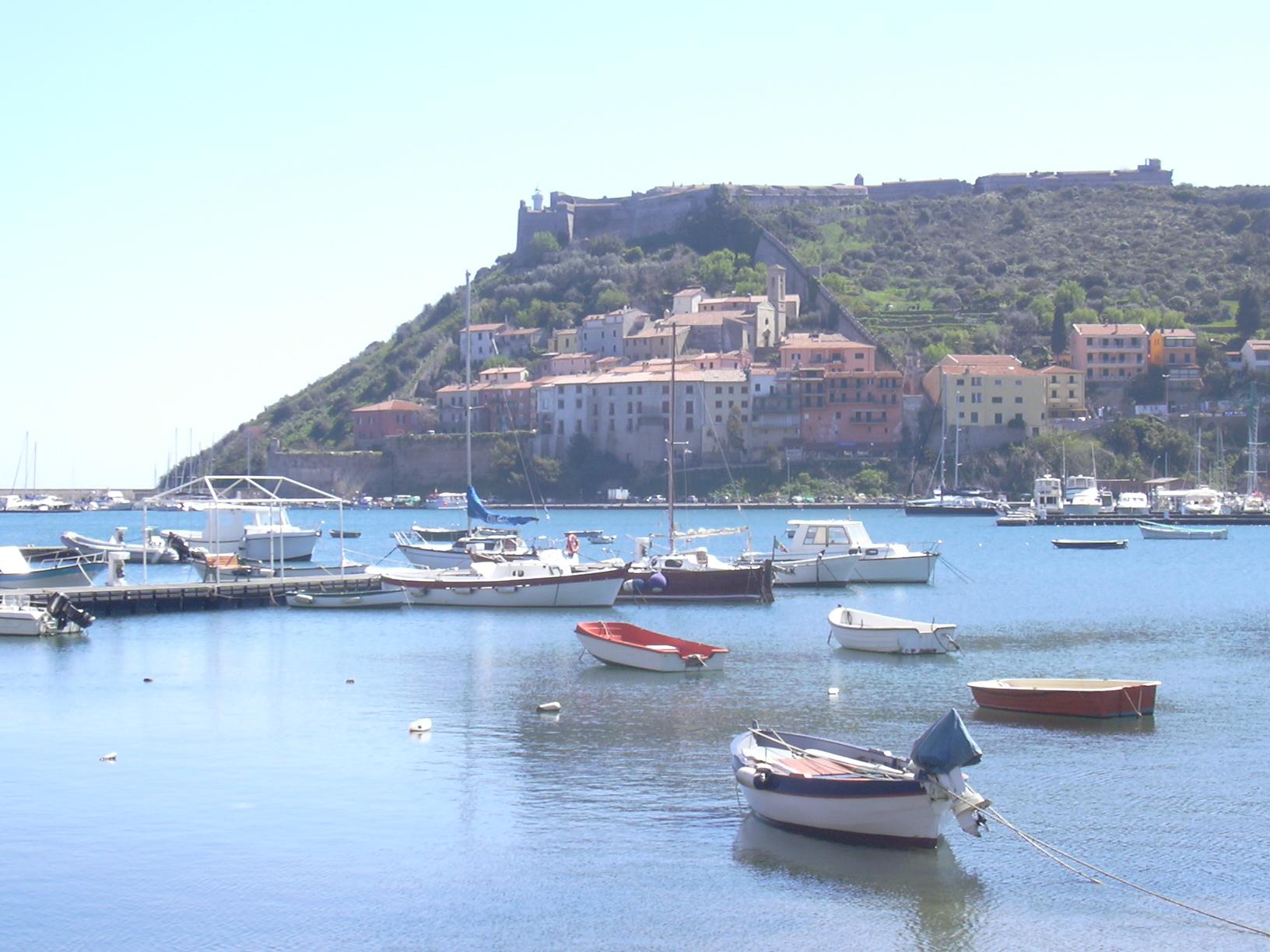 Porto Ercole. Hafen, Altstadt und Festung (La Rocca)