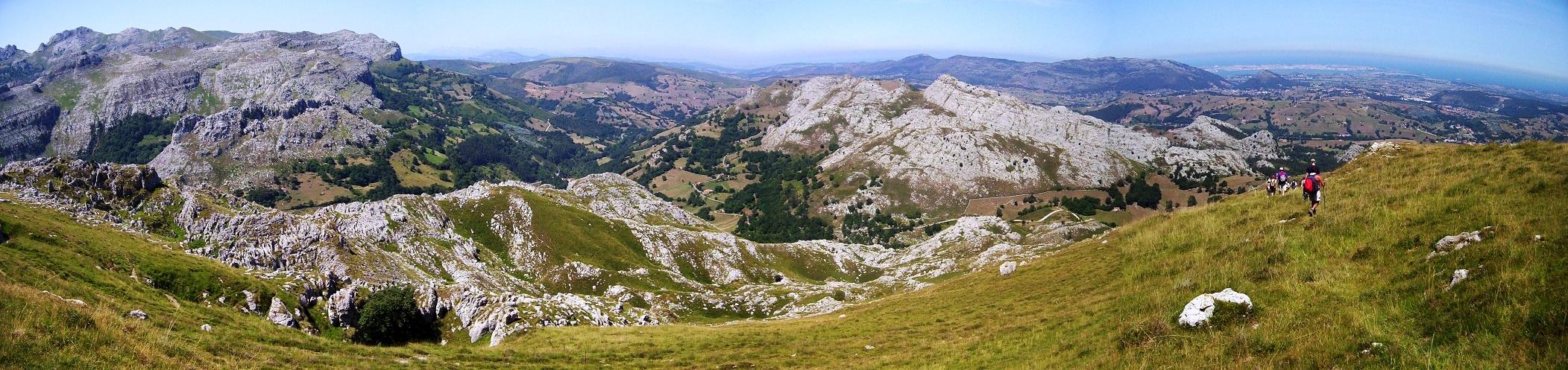 Imagen panorámica de la Cordillera Cantábrica (izquierda) y La Marina con la ciudad de Santander (al fondo a la derecha). Alto de Brenas (579 metros). Riotuerto.