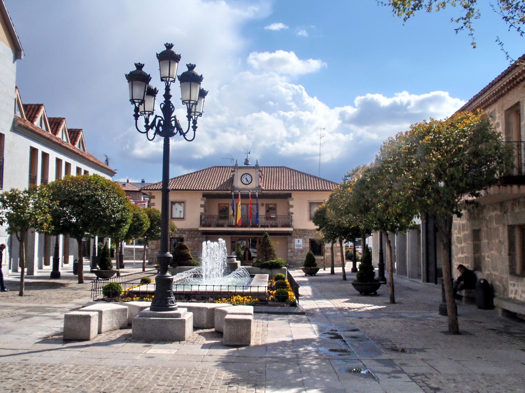 http://upload.wikimedia.org/wikipedia/commons/c/c3/Torrelodones._Plaza_de_la_Constituci%C3%B3n.jpg