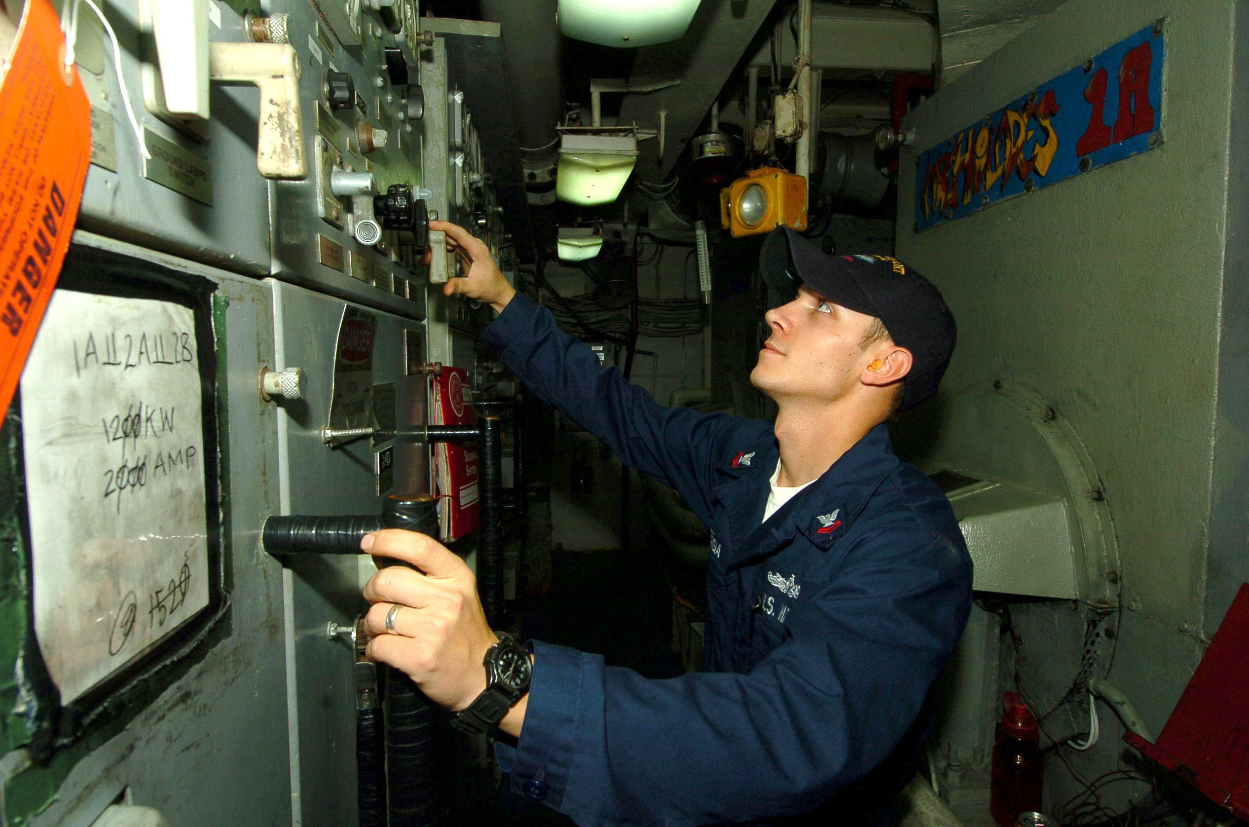 File:US Navy 061102-N-4236E-013 Electrician's Mate 2nd Class ...