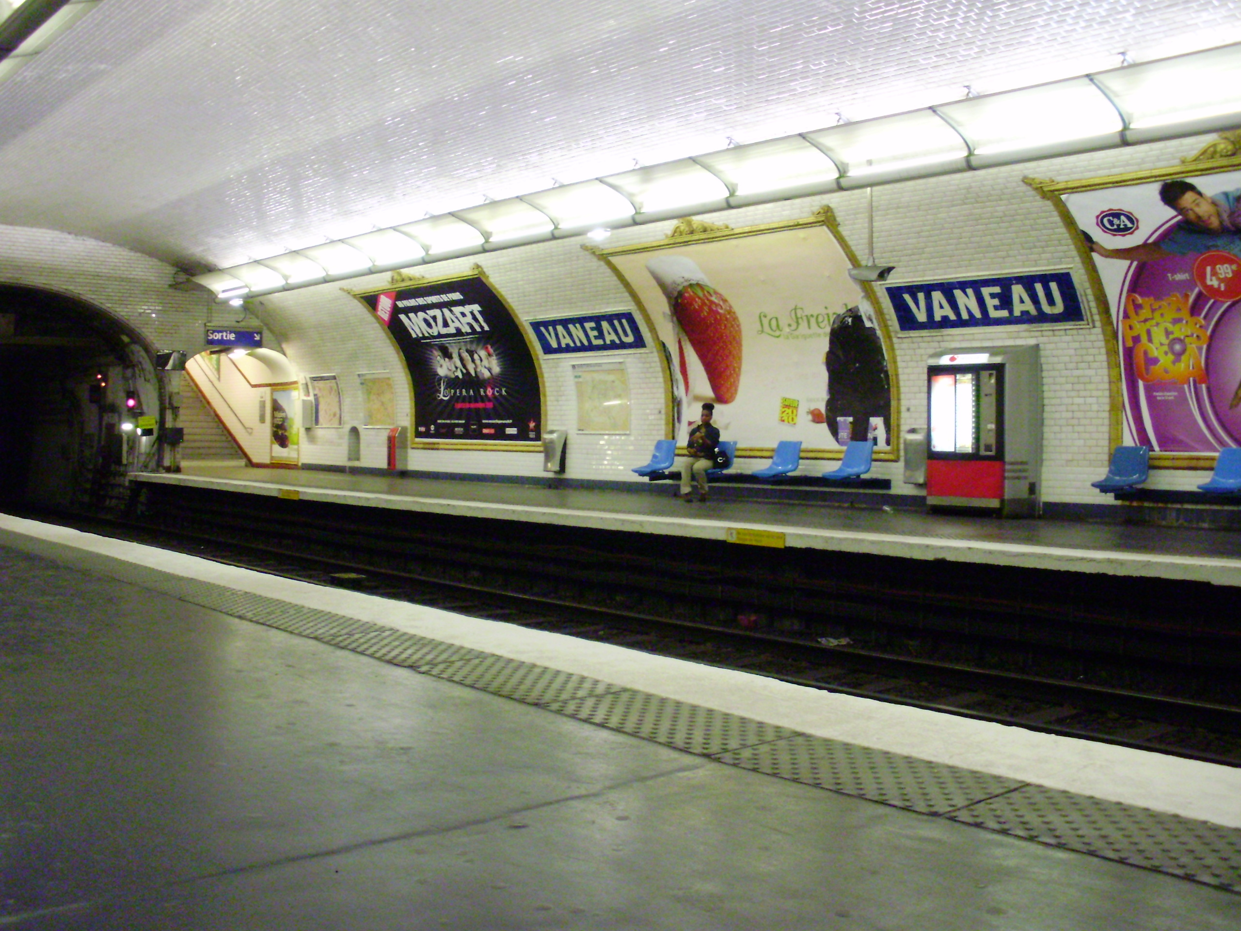 File vaneau metro quai wikimedia commons for Quai d orsay metro