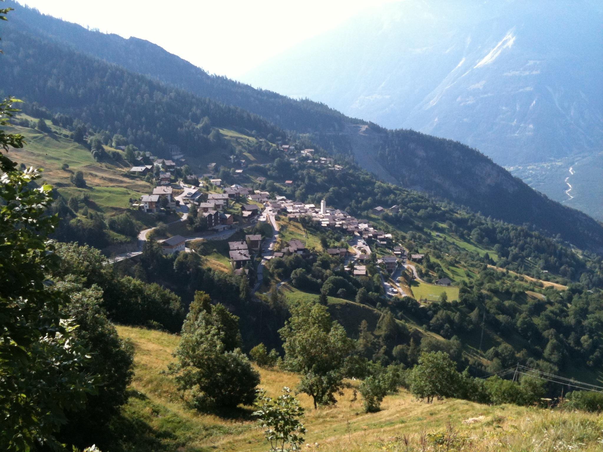 Одна швейцарская деревенька готова заплатить  тыс только за то, чтобы там жили.