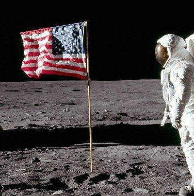 foto yang menunjukkan tangan Aldrin telah diturunkan. Sembulan di depan helm sudah tidak terlihat lagi.