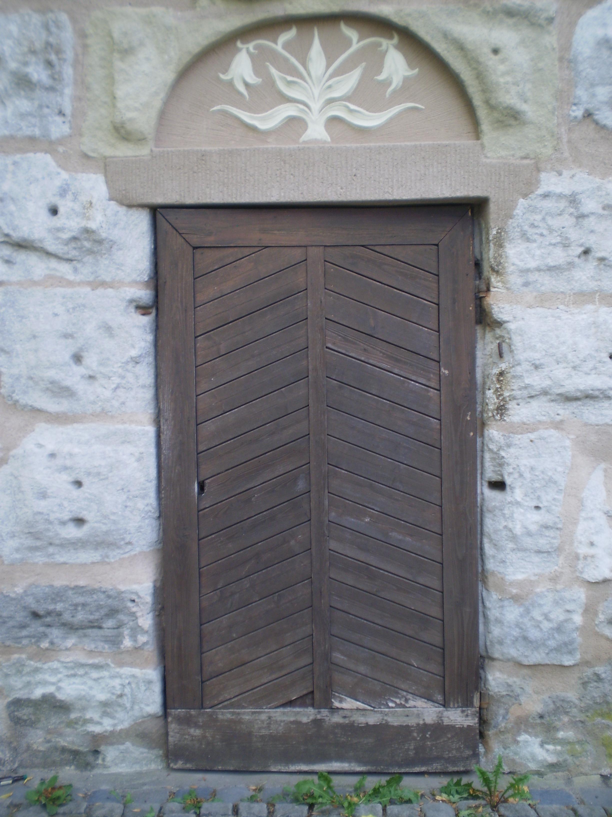 Alte Holztüren file alte holztür mit türsturz und darin in stein gehauene