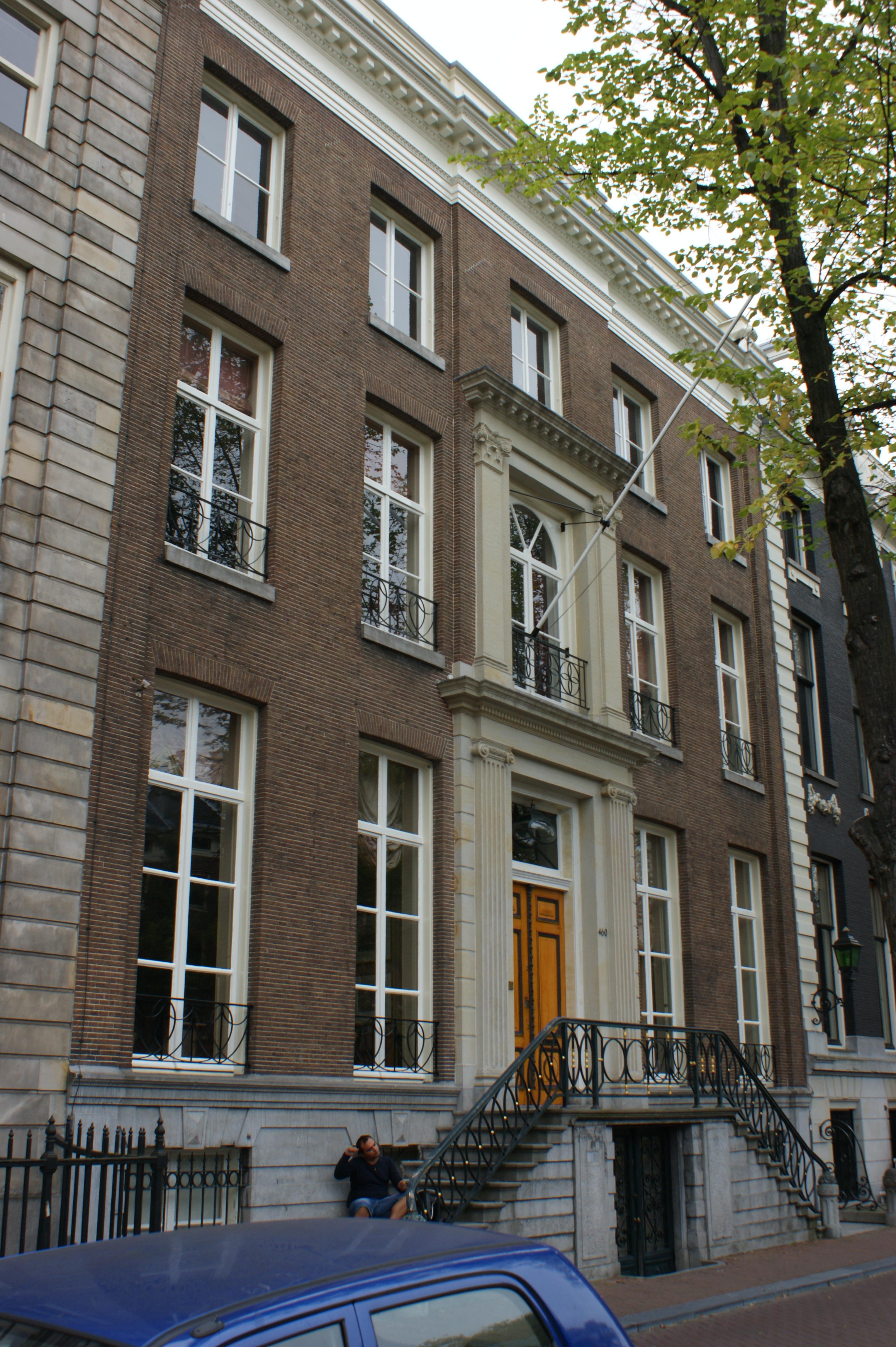 Dubbel huis met gevel met hoeklisenen en middenrisaliet for Lijst inrichting huis