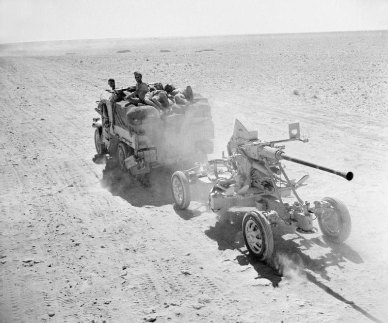 Brittiska styrkor retirerar, med sig har de en svensk kanon från Bofors