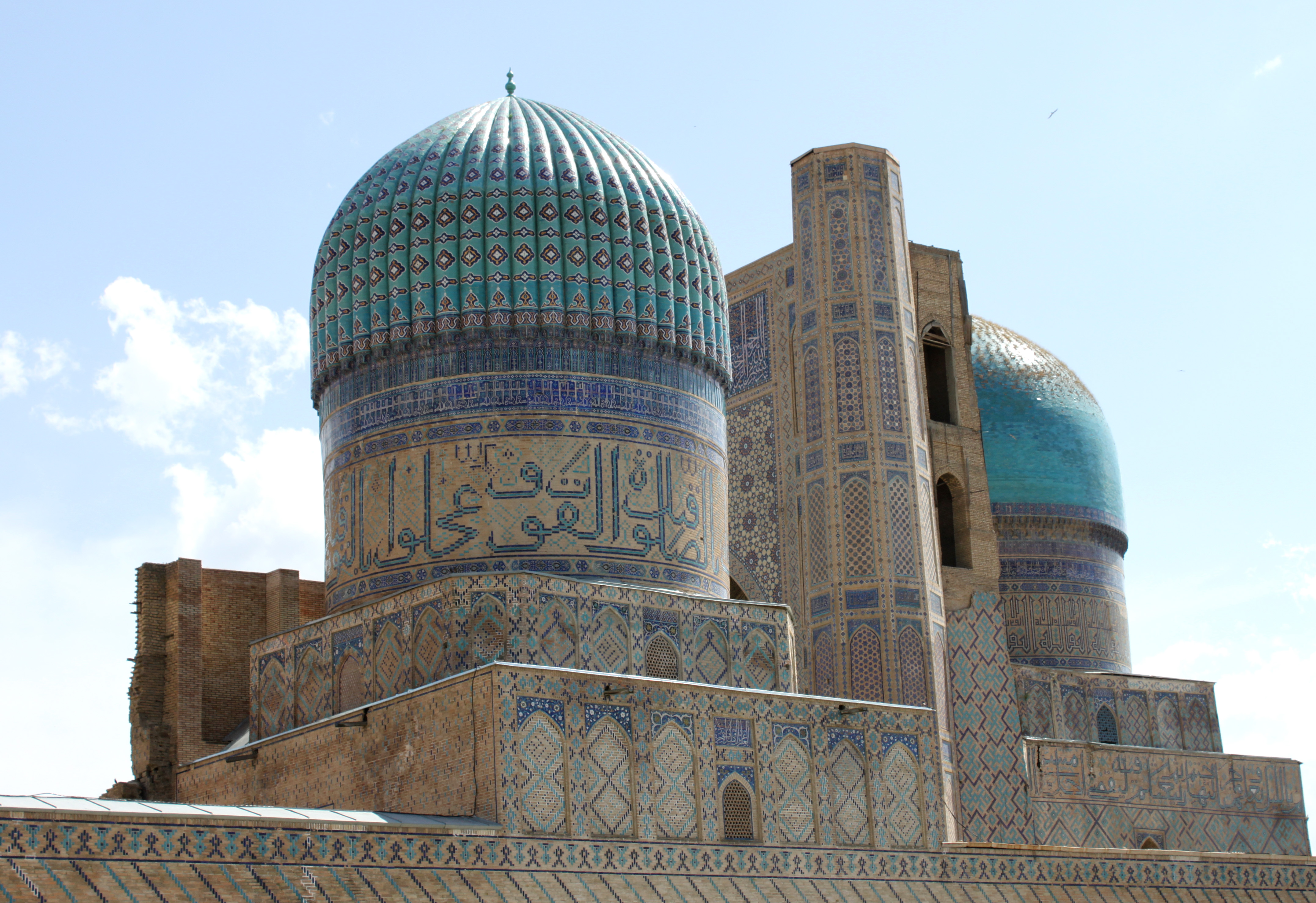 The most beautiful mosques to visit: View of the south side of Bibi Khanoum, Samarkand, Uzbekistan. Image source: Wikimedia Commons.