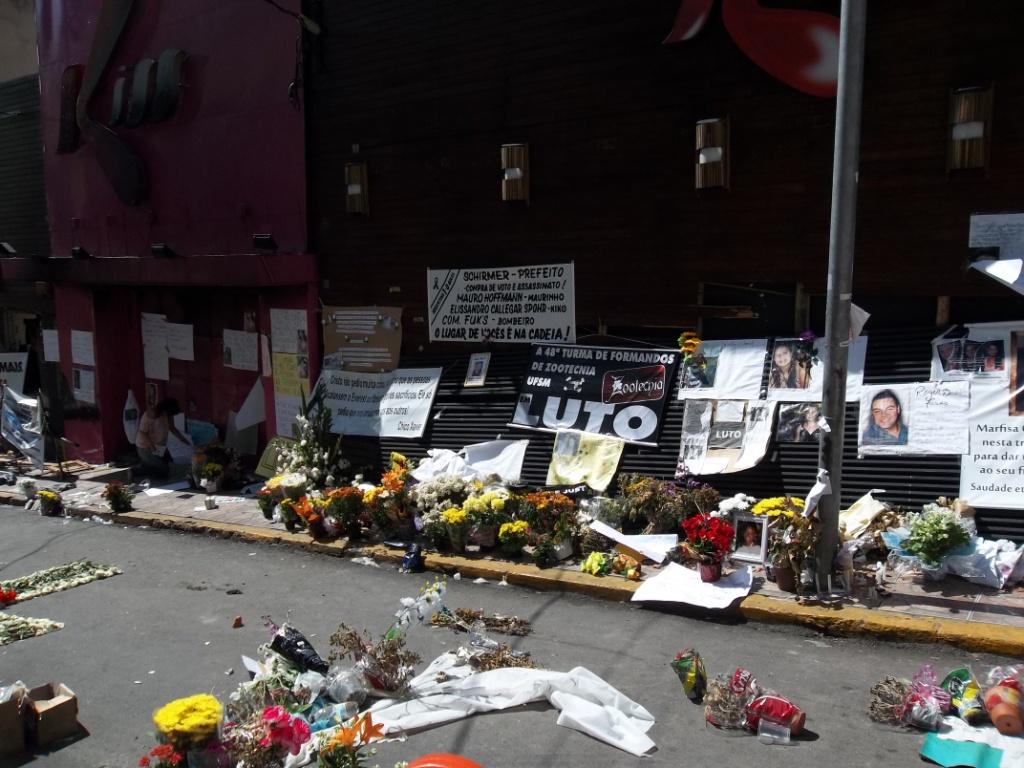 Homenagens em frente à boate Kiss (Foto: Leandro LV)