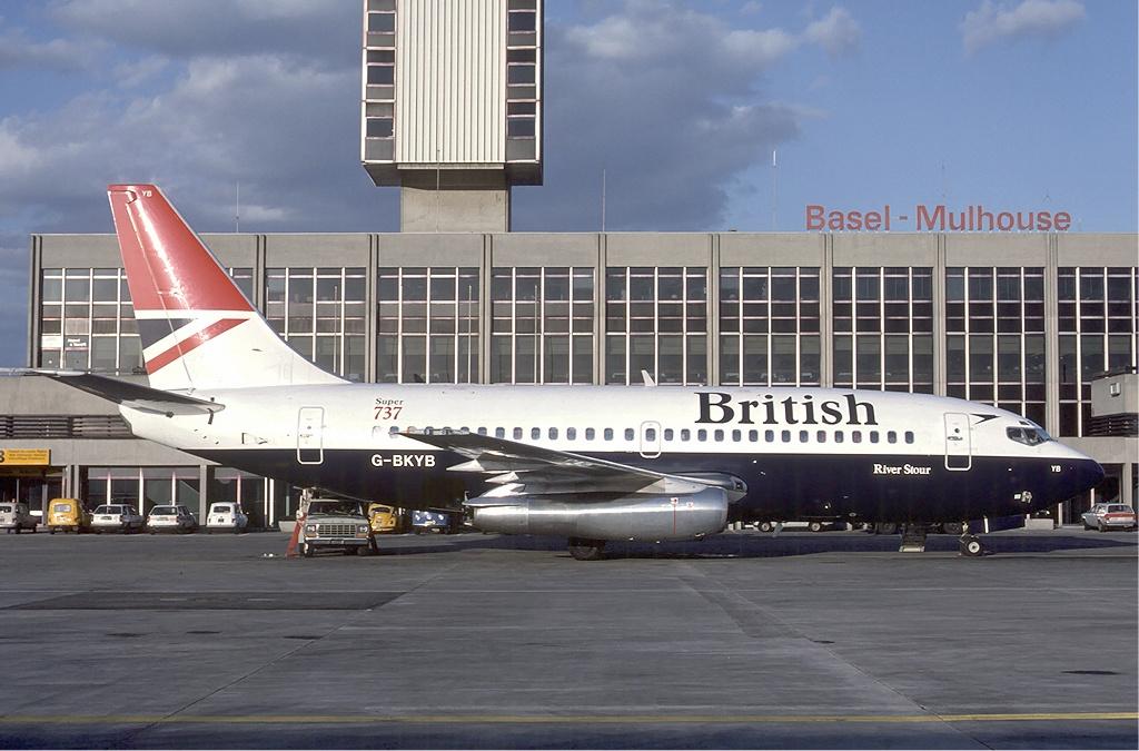 Boeing 737 ( avión de reacción de pasajeros de fuselaje estrecho de corto a medio alcance USA ) British_Boeing_737-200_Marmet