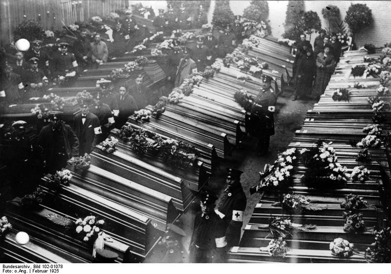 http://upload.wikimedia.org/wikipedia/commons/c/c4/Bundesarchiv_Bild_102-01078,_Dortmund,_Grubenungl%C3%BCck_Zeche_Minister_Stein.jpg