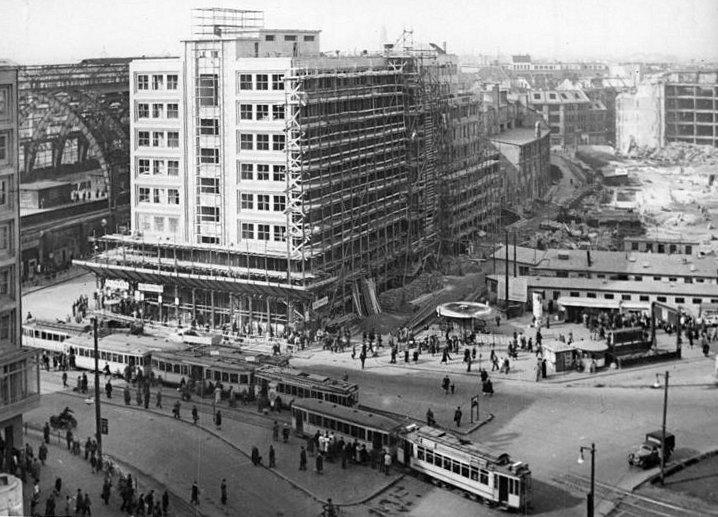 Bundesarchiv Bild 183-08424-0001, Berlin, Alexanderplatz, Baustelle, Straßenbahn, S-Bahnhof