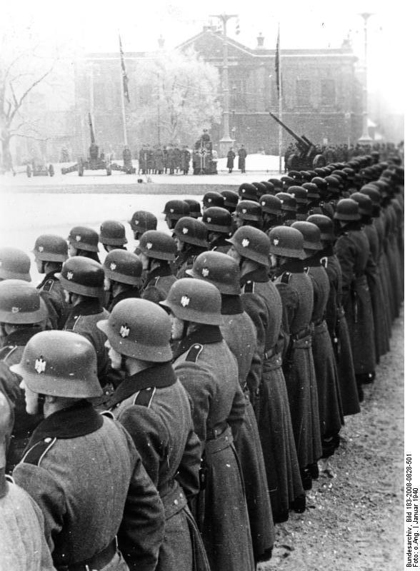 https://upload.wikimedia.org/wikipedia/commons/c/c4/Bundesarchiv_Bild_183-2008-0828-501%2C_Posen%2C_Vereidigung_von_Rekruten.jpg