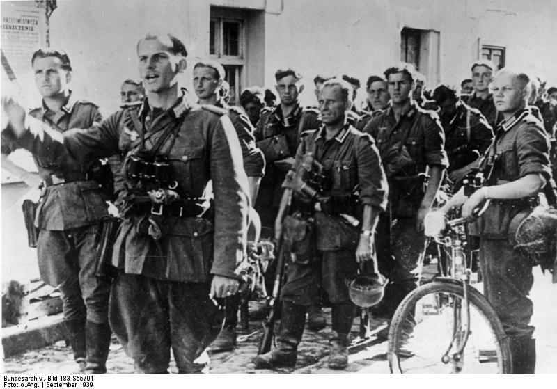 Bundesarchiv Bild 183-S55701, Polen, deutsche Soldaten in Ortschaft.jpg