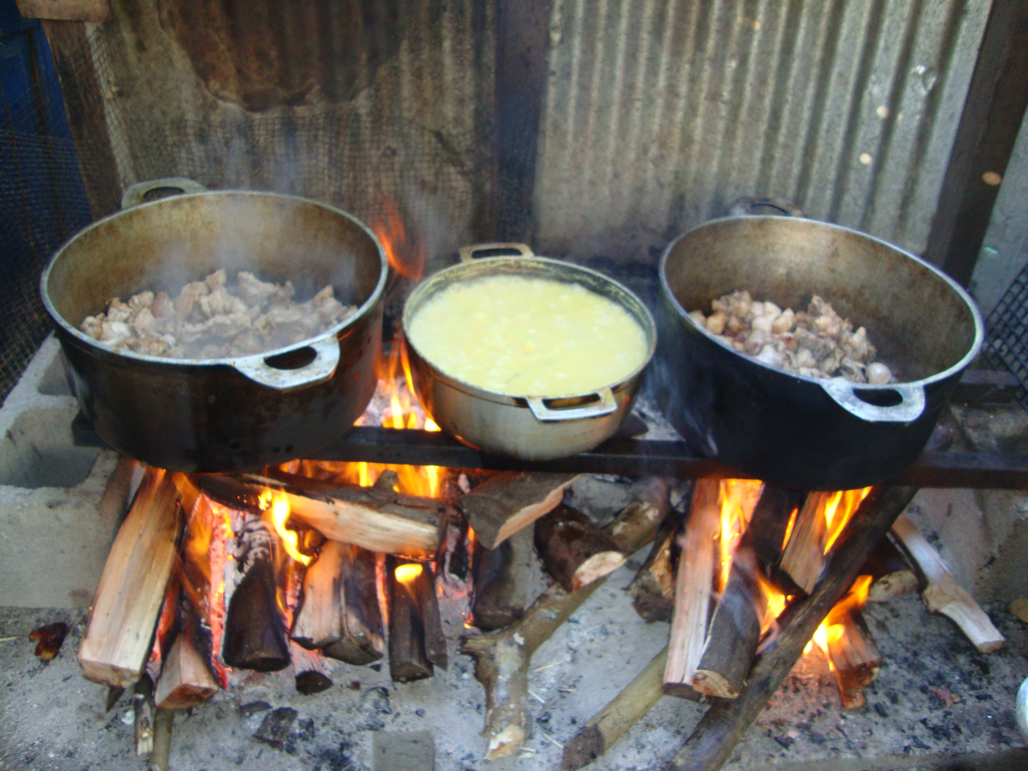 File cuisine au feu de wikimedia commons - Cuisiner au feu de bois ...