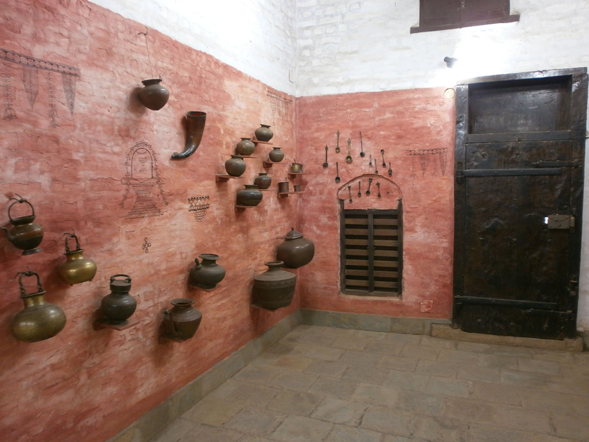 http://upload.wikimedia.org/wikipedia/commons/c/c4/Dakshina-Chitra-Inside-house-1.JPG
