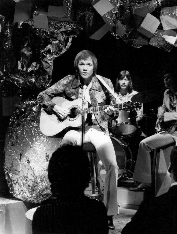 Fotografía de David Gates con la banda Bread tocando en el programa de televisión Hotel Ninety (1973). La banda se deshizo ese mismo año.