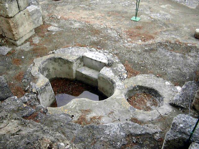 http://upload.wikimedia.org/wikipedia/commons/c/c4/Emmaus_Nicopolis_Byzantine_baptistery.JPG