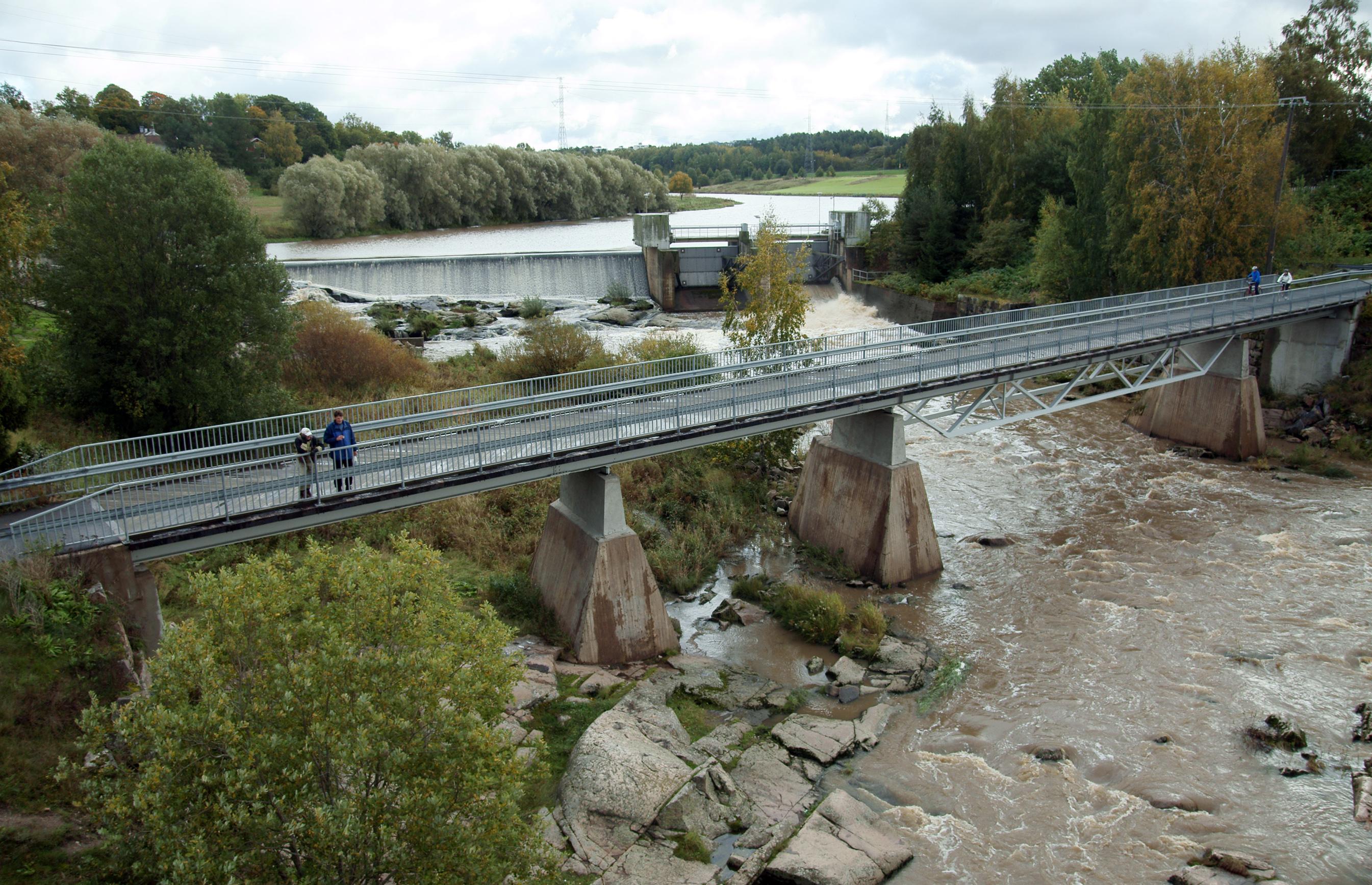 Halistenkoski ja sen ylittävä kevyen liikenteen silta syyskuussa 2011.